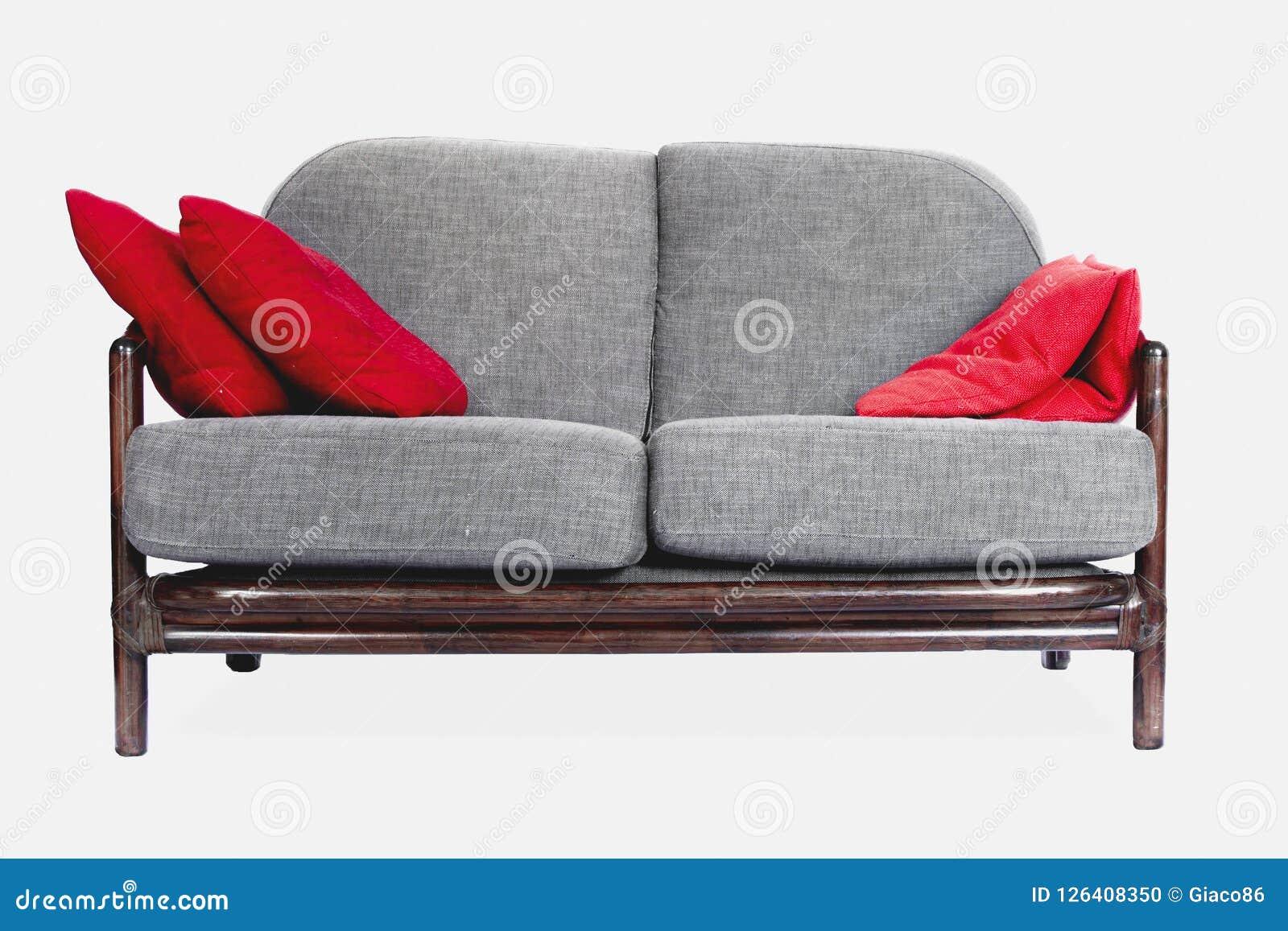 Γκρίζος καναπές στο άσπρο υπόβαθρο, κόκκινα μαξιλάρια