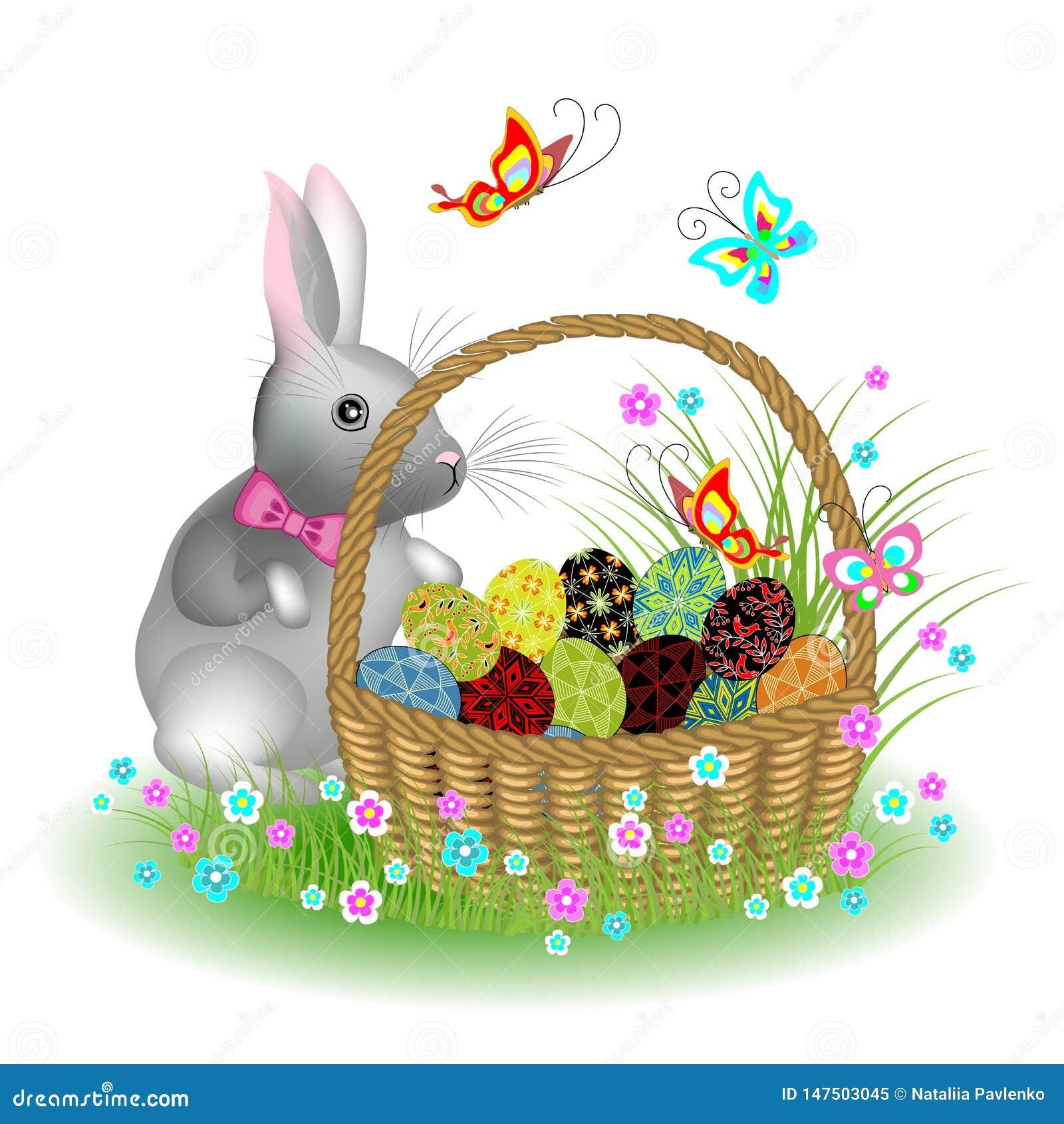 Γκρίζο χαριτωμένο κουνέλι κοντά σε ένα καλάθι με τα αυγά Πάσχας Λουλούδια και πεταλούδες άνοιξη Το σύμβολο Πάσχας στον πολιτισμό