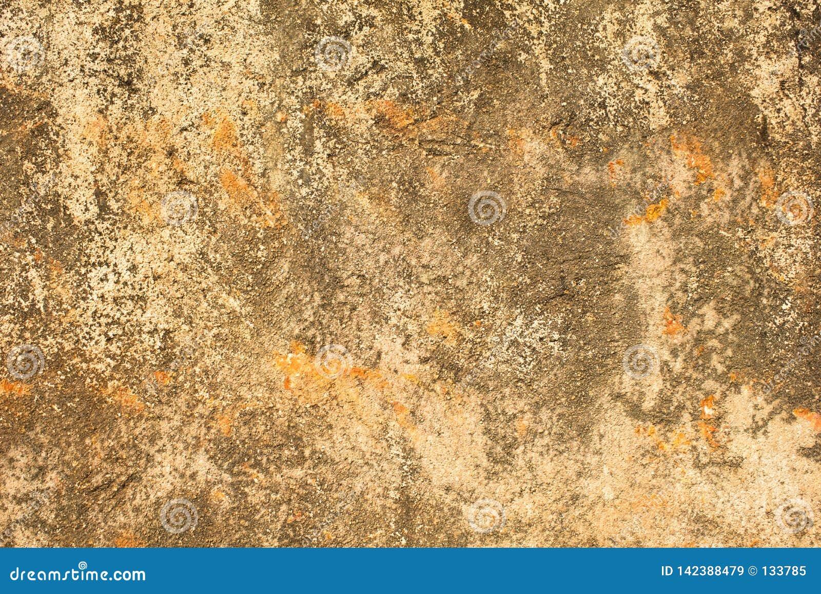 Γκριζόλευκος κίτρινος παλαιός χτυπημένος συμπαγής τοίχος με τα πορτοκαλιά σημεία, τις βαθιούς γρατσουνιές και τους λεκέδες του βρ
