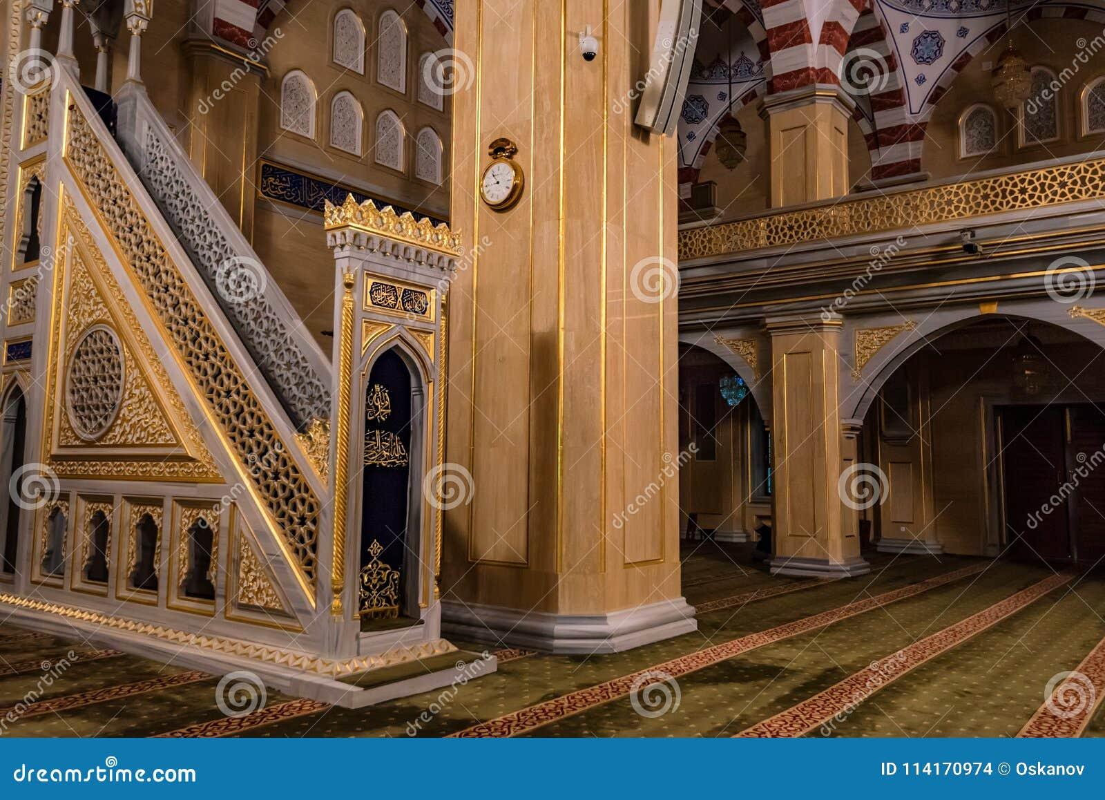 ΓΚΡΟΖΝΥ, ΡΩΣΙΑ - 9 ΙΟΥΛΊΟΥ 2017: Εσωτερικό μουσουλμανικό τέμενος Akhmad Kadyrov στο Γκρόζνυ, Ρωσία