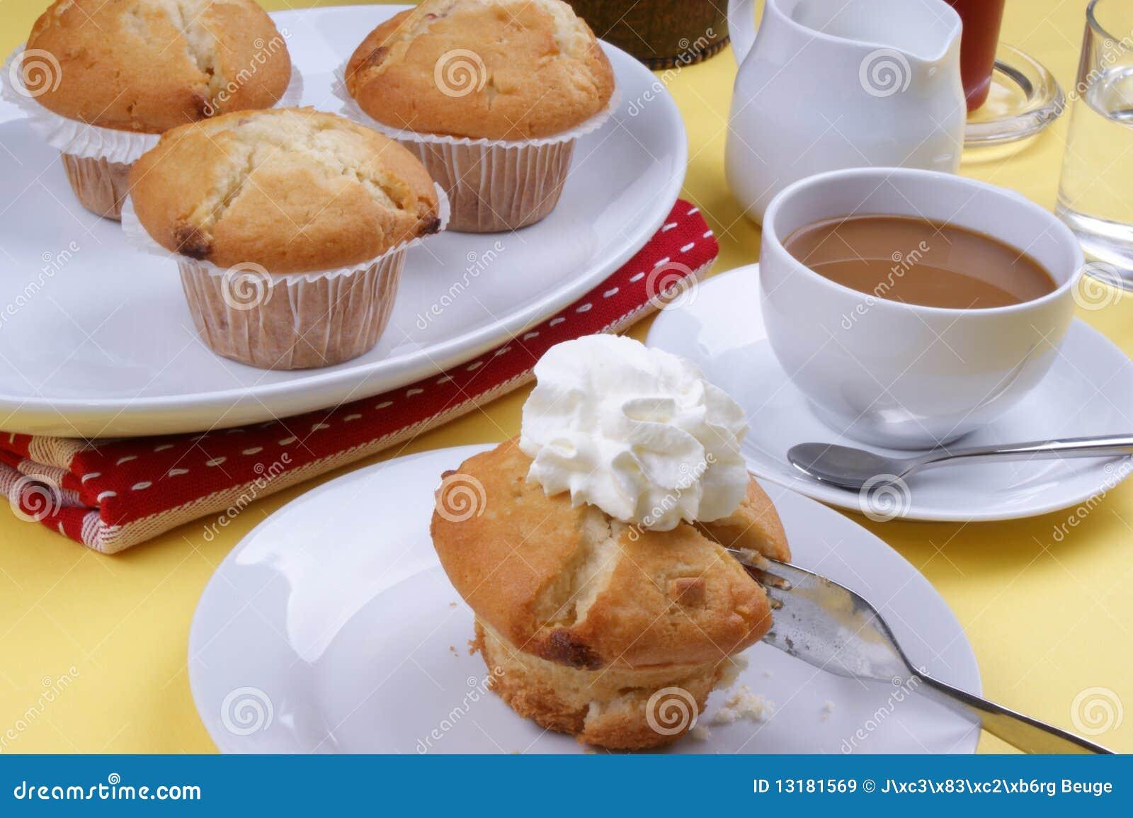 γλυκά muffins φραουλών σε ένα πιάτο