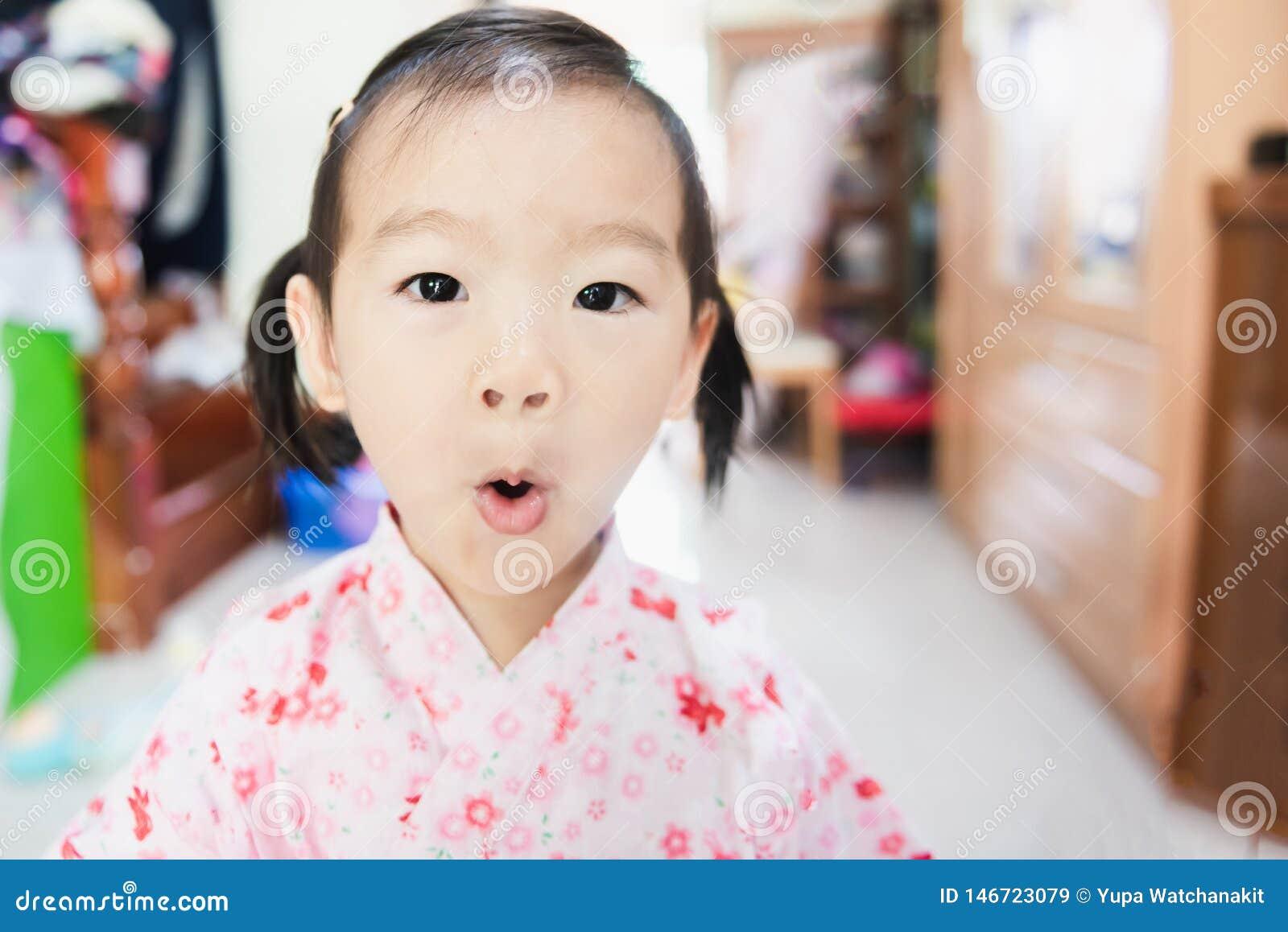 Γλυκός Ασιάτης λίγη έκπληξη παιδιών με το στρογγυλό στόμα
