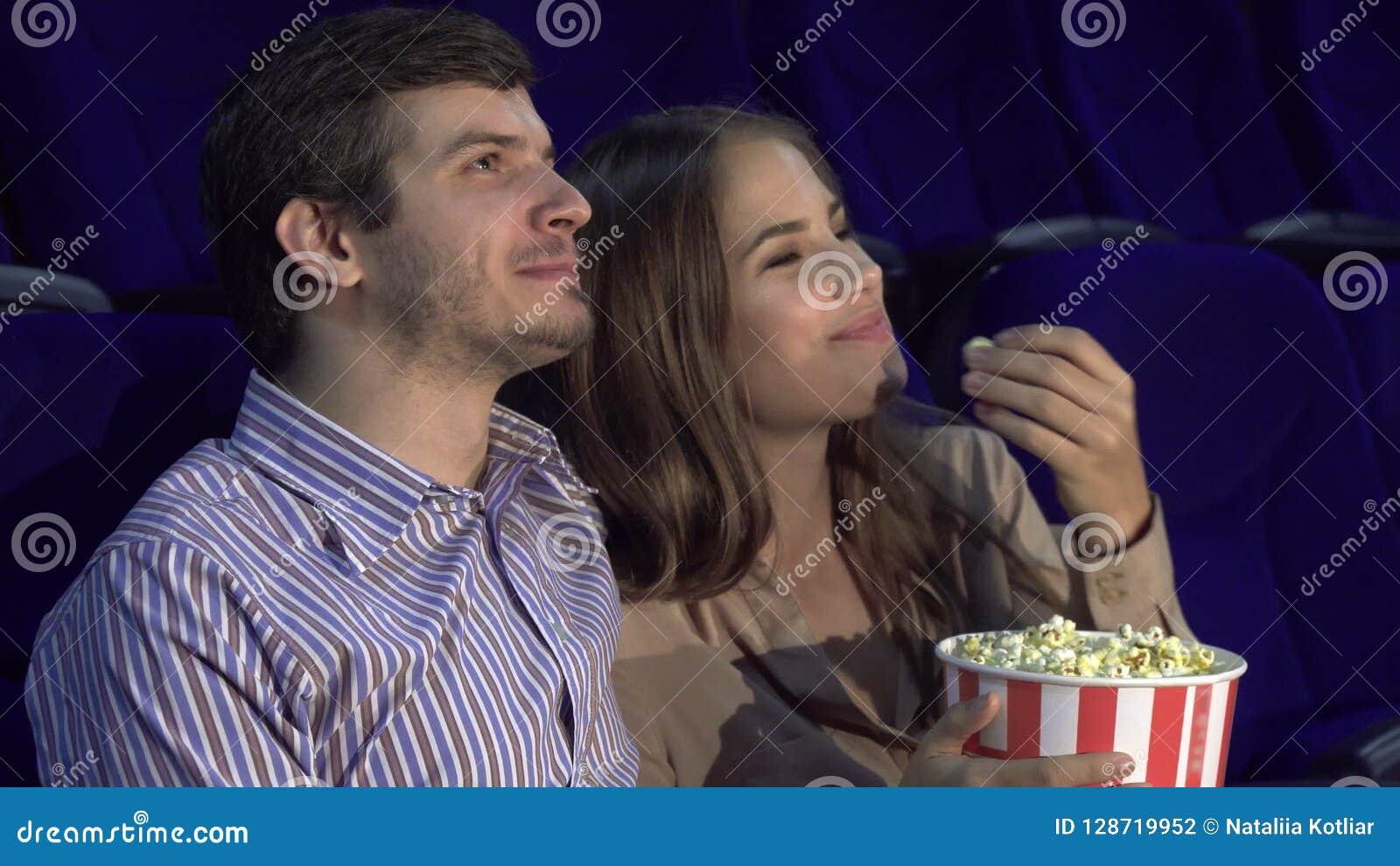 Γλυκό ζεύγος που προσέχει τη ρομαντική κωμωδία στον κινηματογράφο
