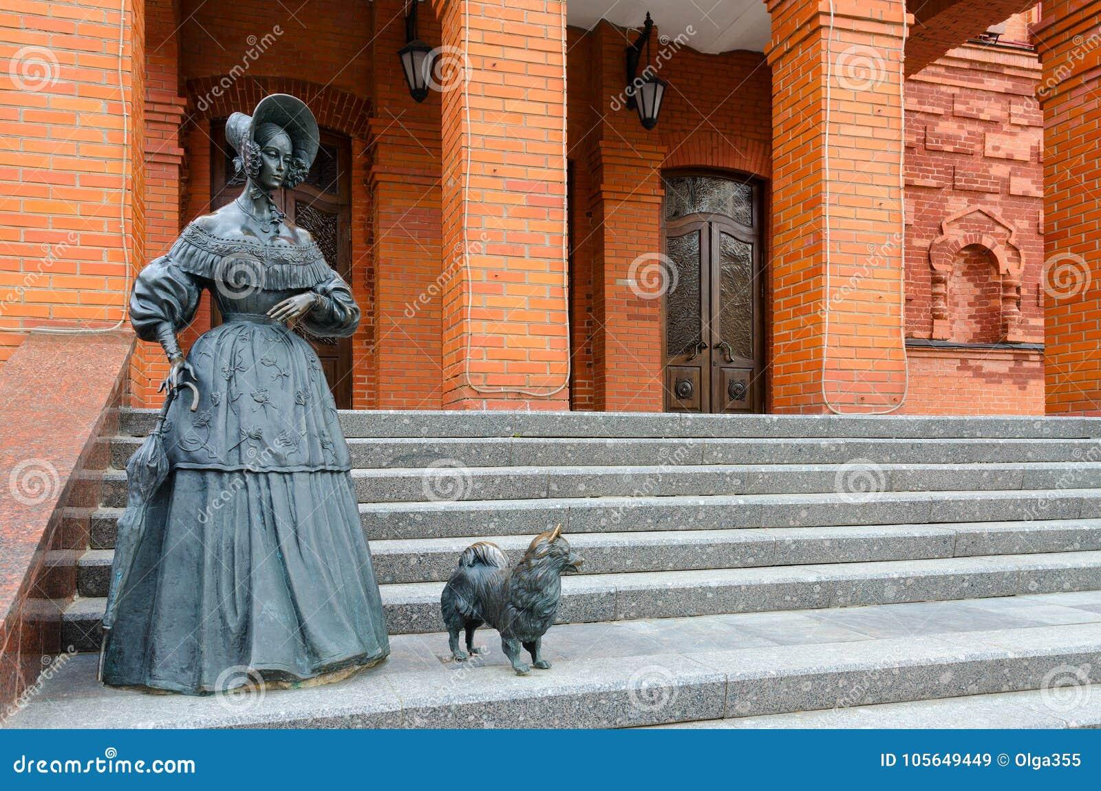 Γλυπτική κυρία σύνθεσης με το σκυλί κοντά στο περιφερειακό θέατρο δράματος, Mogilev, Λευκορωσία