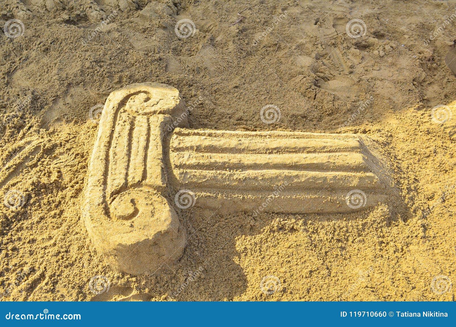 Γλυπτό άμμου υπό μορφή παλαιάς στήλης στην παραλία