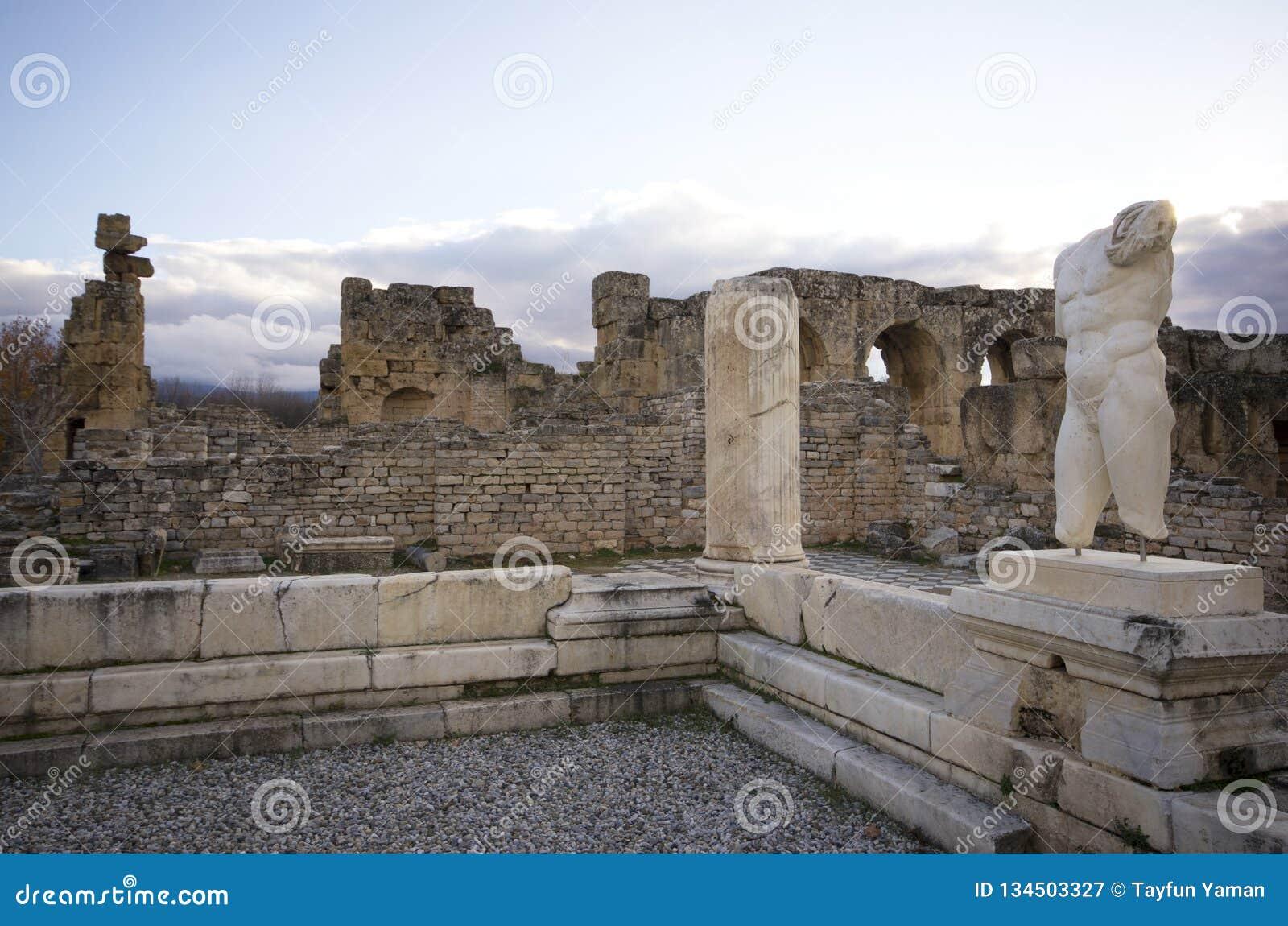 Γλυπτό ατόμων στις καταστροφές της αρχαίας πόλης Aphrodisias, Aydin/Τουρκία