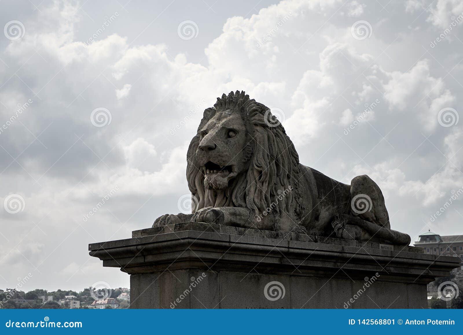 Γλυπτό λιονταριών στο σύνολο