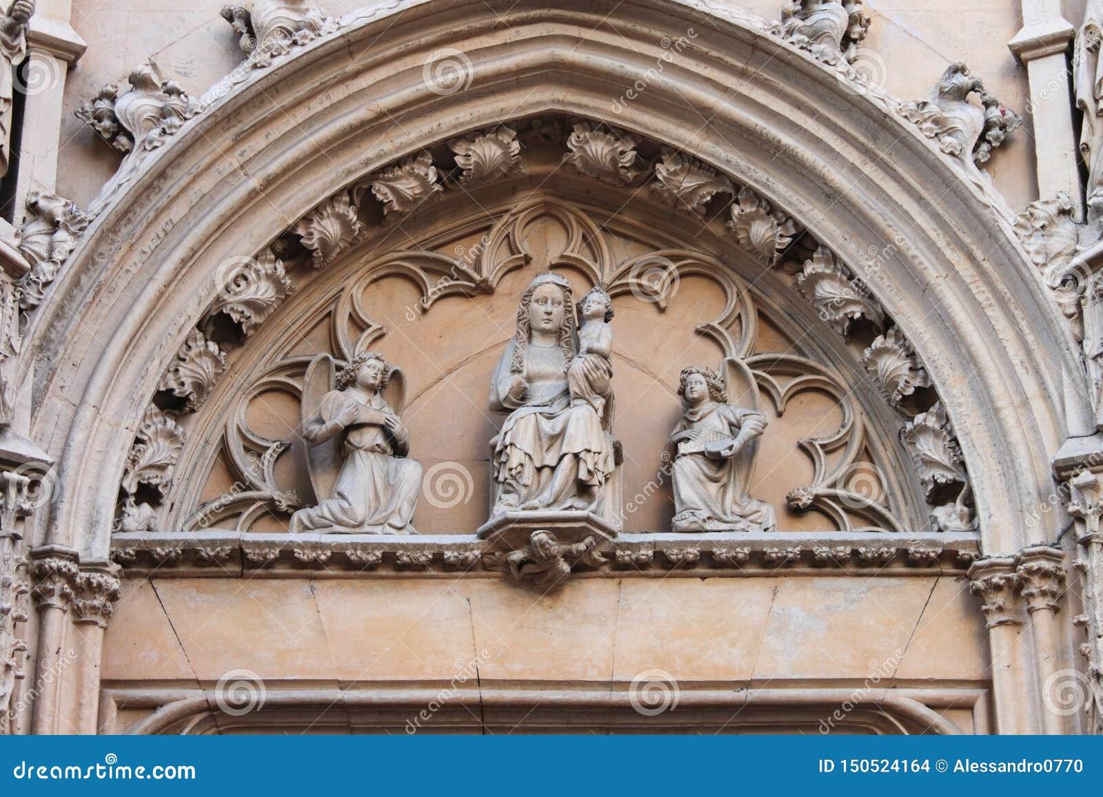 Γλυπτό της Virgin Mary που φέρνει το παιδί του Ιησού
