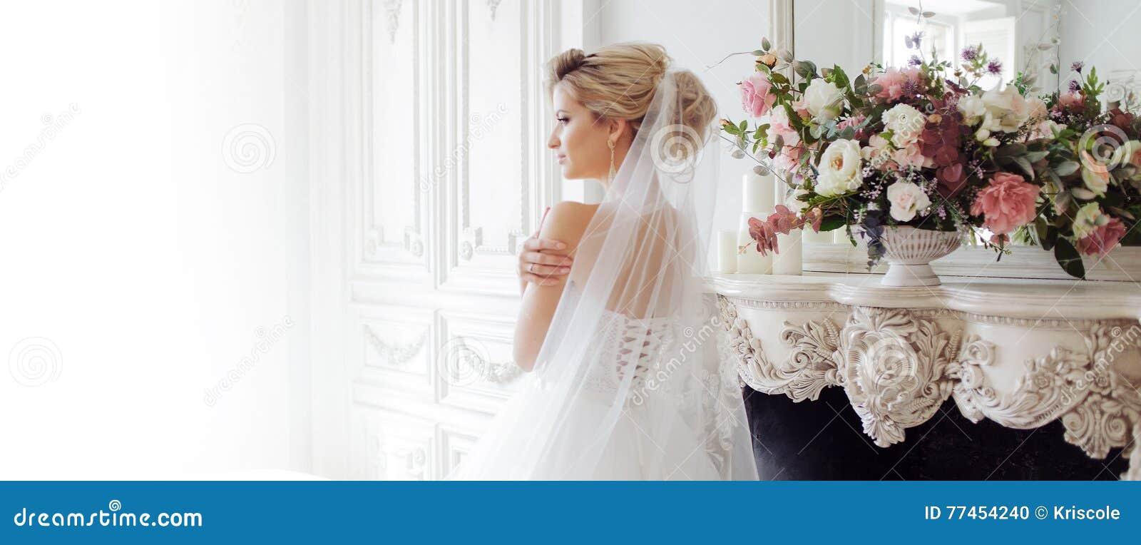 Γοητεία της νέας νύφης στο πολυτελές γαμήλιο φόρεμα Όμορφο κορίτσι, στούντιο φωτογραφιών