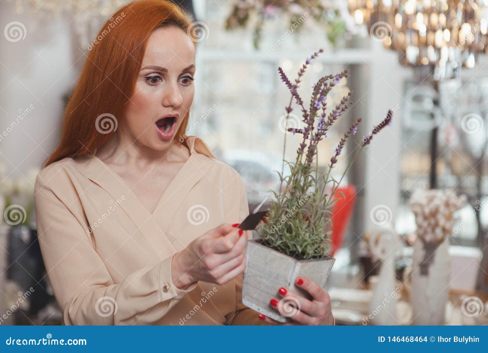 Γοητευτική γυναίκα που απολαμβάνει στο σπίτι το κατάστημα ντεκόρ