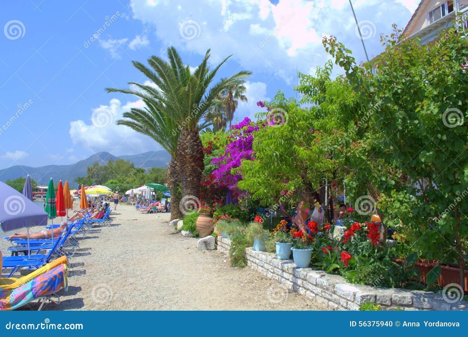 Γοητευτική ζωηρόχρωμη ελληνική παραλία θερέτρου