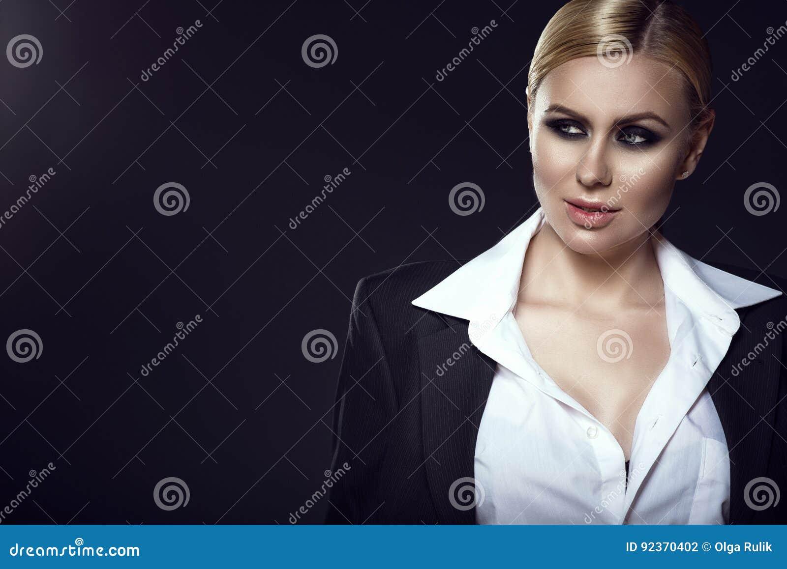 75d5271dc8c6 Γοητευτικό ξανθό πρότυπο στο άσπρο αρσενικό πουκάμισο και σακάκι που  κοιτάζει κατά μέρος με ένα χαμόγελο