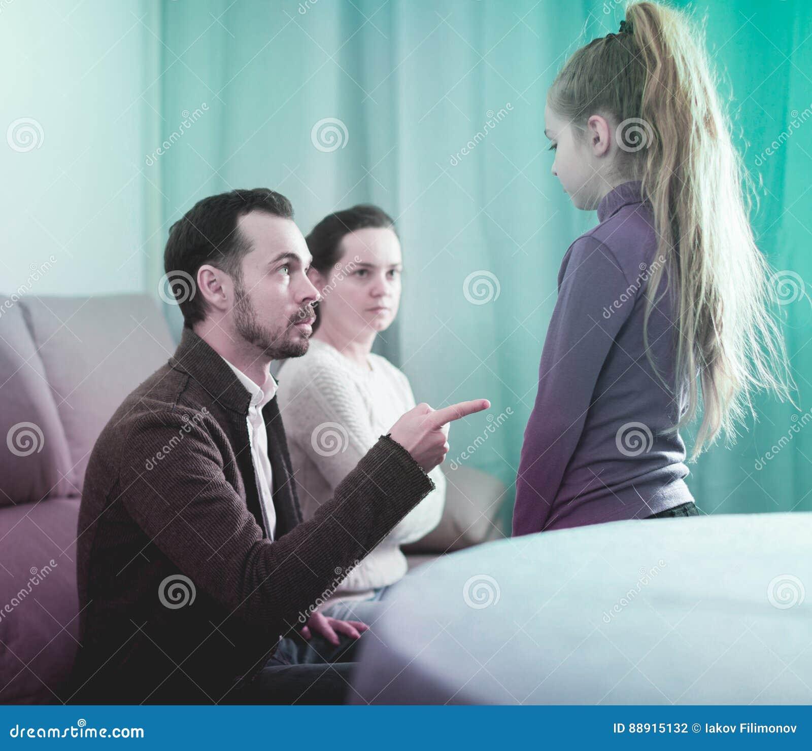 Γονείς που μιλούν την κόρη