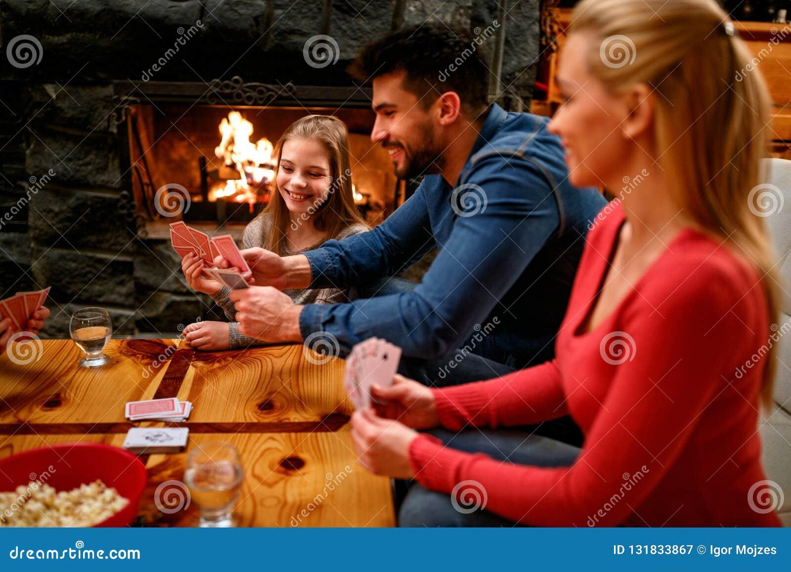 Γονείς που παίζουν τις κάρτες με τα παιδιά