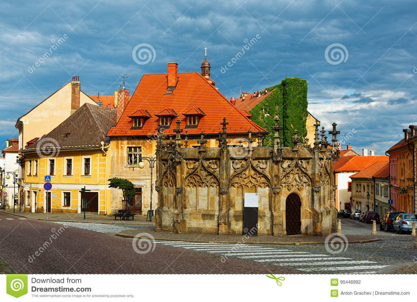 Γοτθικός κεντρικός αγωγός ύφους καλά στο τετράγωνο πύργων σε Kutna Hora, τσεχικό Repu
