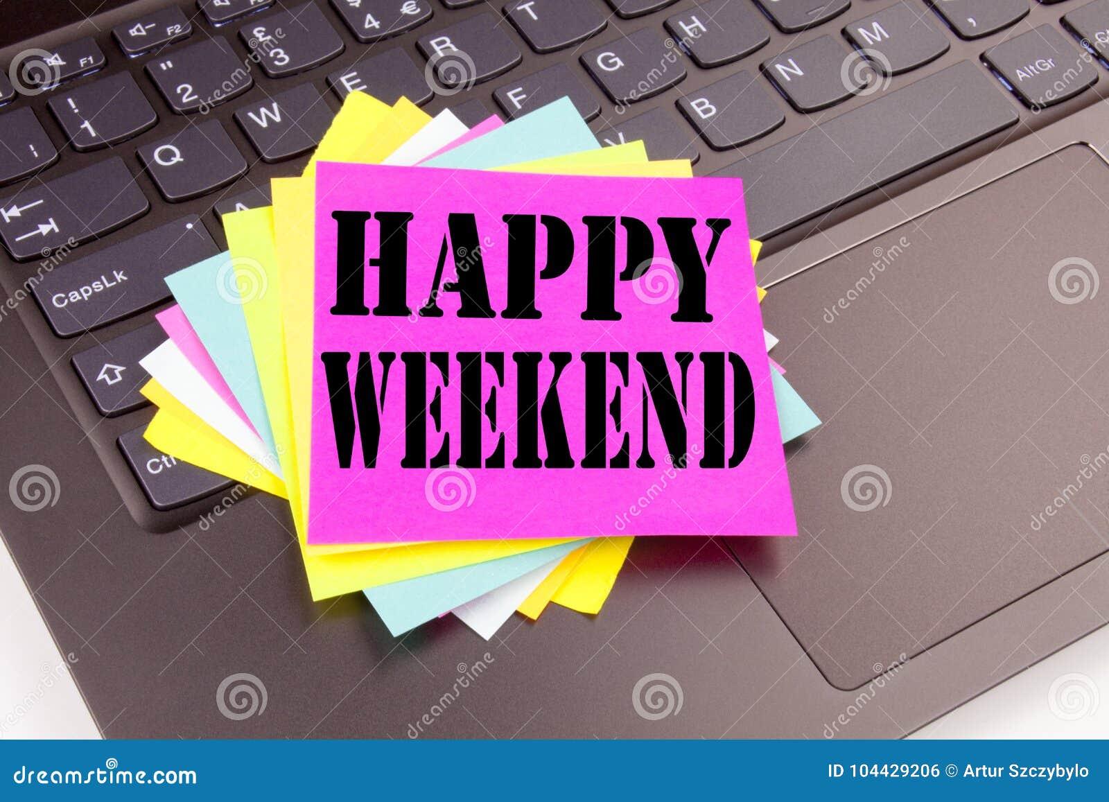 be9a529e35 Γράφοντας το ευτυχές κείμενο Σαββατοκύριακου που γίνεται στην  κινηματογράφηση σε πρώτο πλάνο γραφείων στο πληκτρολόγιο φορητών