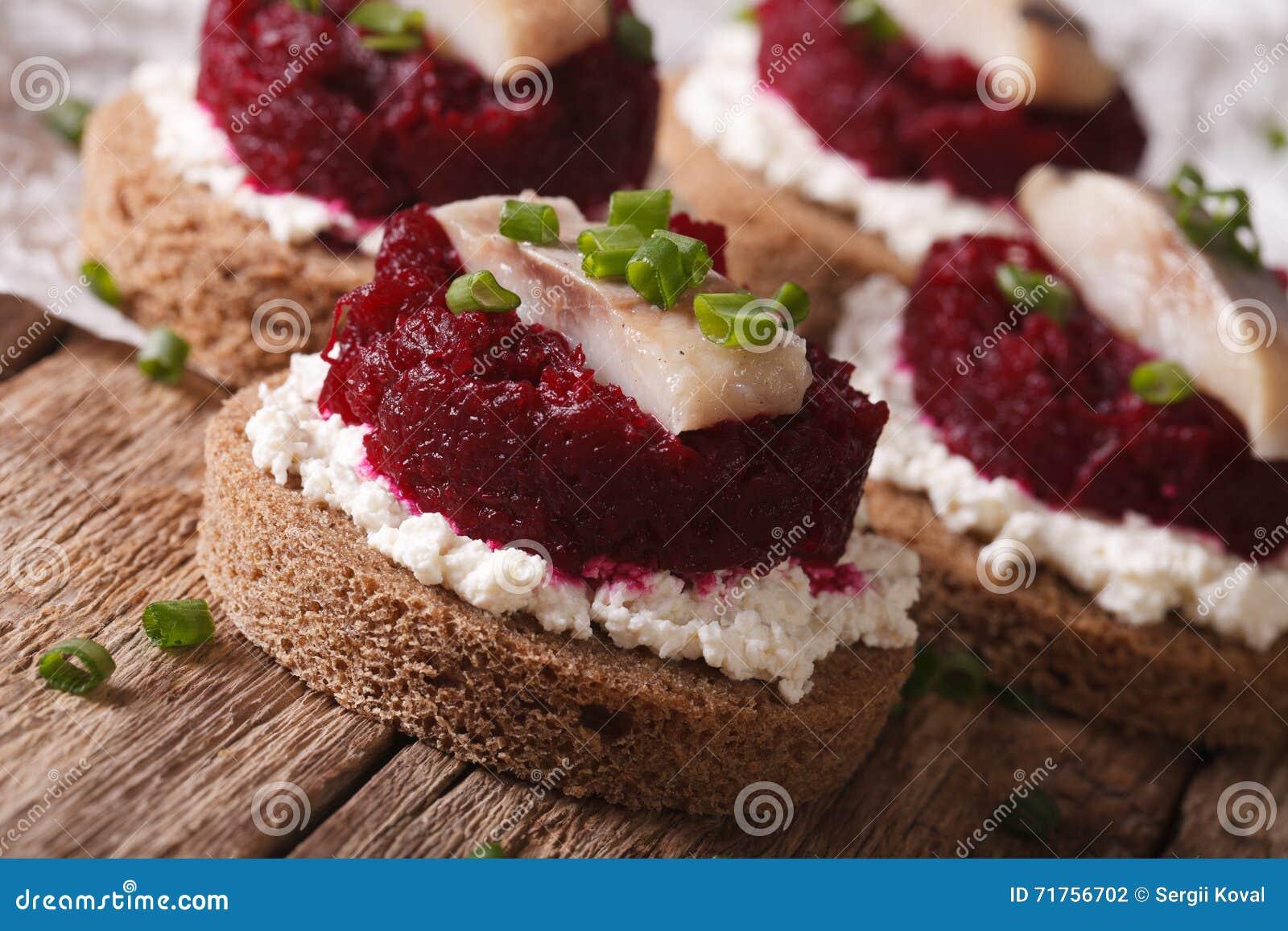 Γρήγορα σάντουιτς με την κινηματογράφηση σε πρώτο πλάνο τυριών ρεγγών, παντζαριών και κρέμας