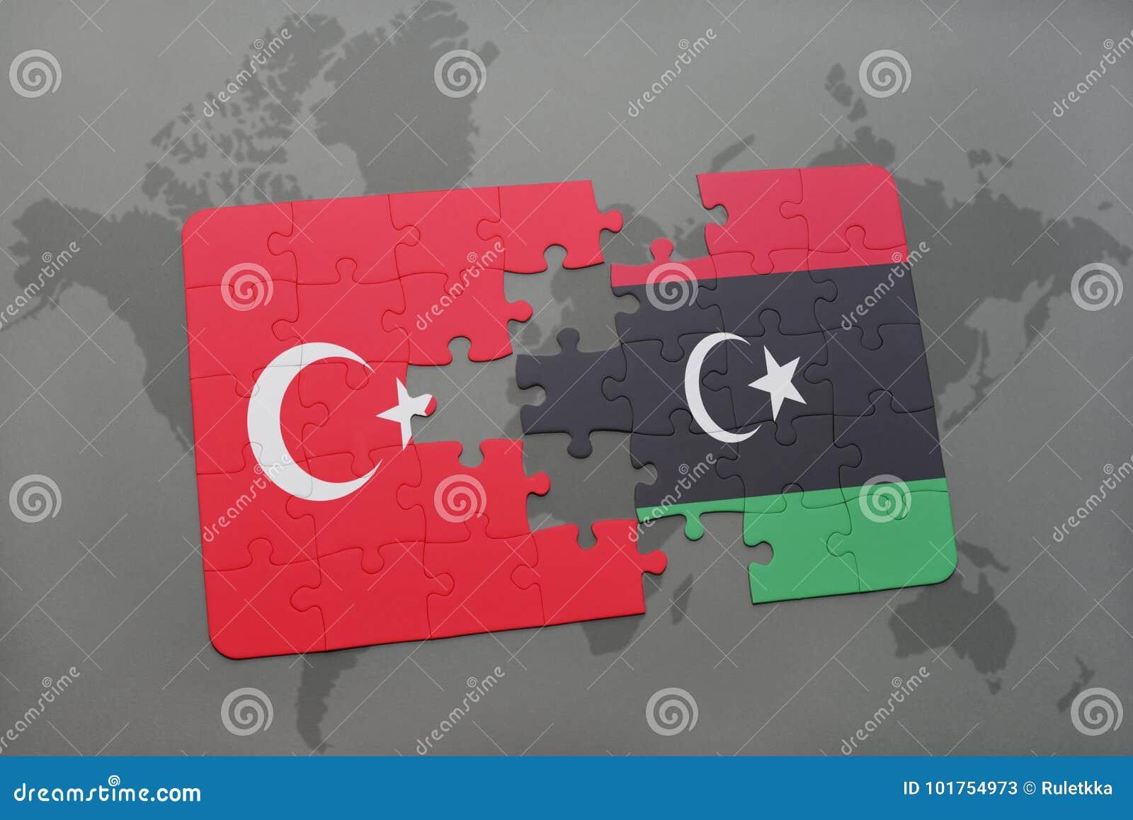 γρίφος με τη εθνική σημαία της Τουρκίας και της Λιβύης σε έναν παγκόσμιο χάρτη