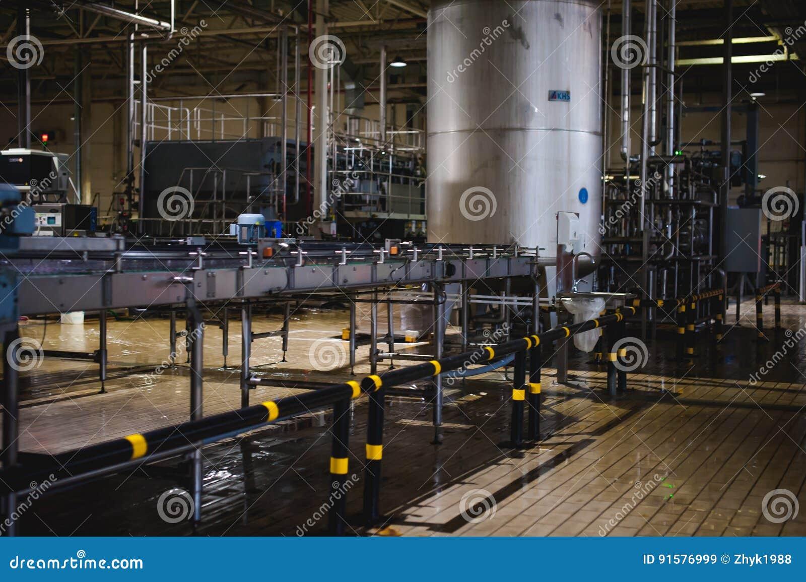 Γραμμή κατασκευής μπύρας Εξοπλισμός για την οργανωμένη εμφιάλωση παραγωγής των τελικών τροφίμων Δομές, σωλήνες και δεξαμενές μετά