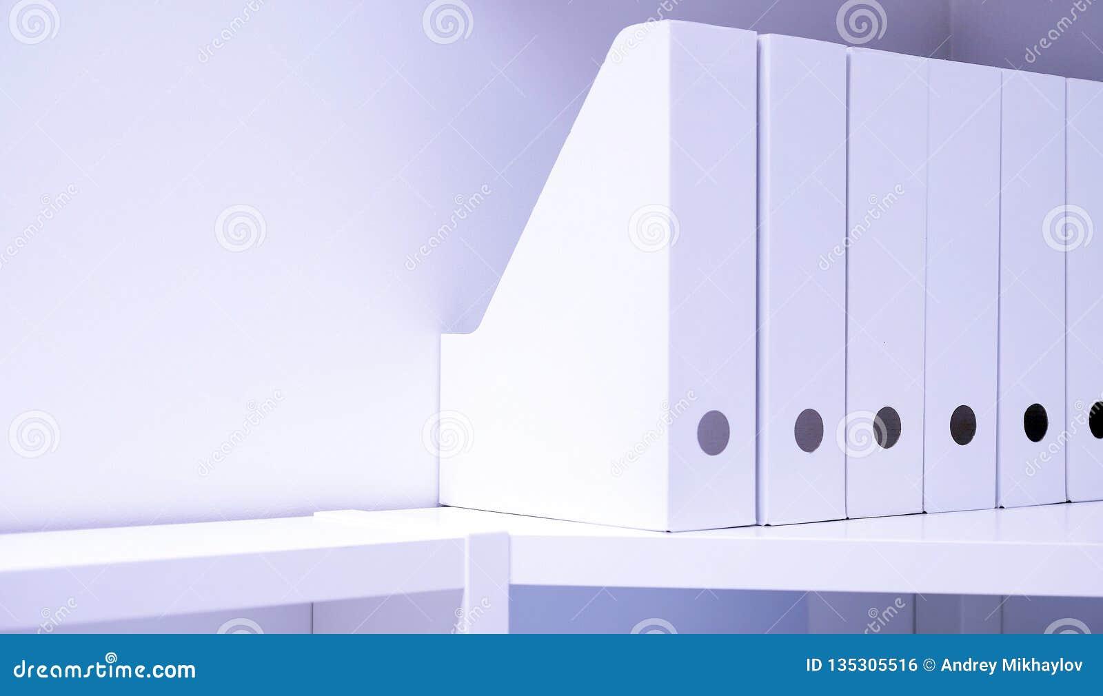 Γραμματοθήκες γραφείων για τα έγγραφα Ένας φάκελλος με τα αρχεία στον μπουφέ σε ένα φωτεινό σύγχρονο γραφείο, ένα αρχείο και τα έ