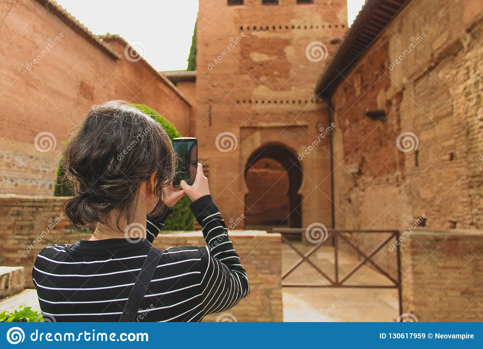 Γρανάδα, Ισπανία - 5/6/18: Όμορφοι πορτοκαλιοί τοίχοι και λεπτομέρειες αργίλου αλγορίθμου