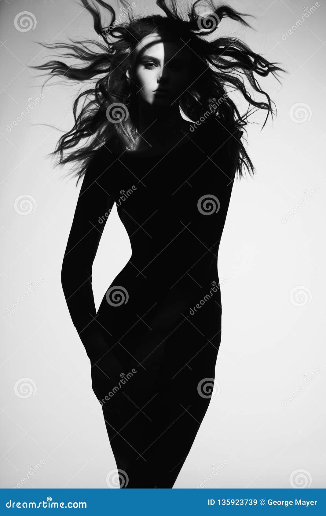 Γραπτό πορτρέτο μόδας της όμορφης κυρίας