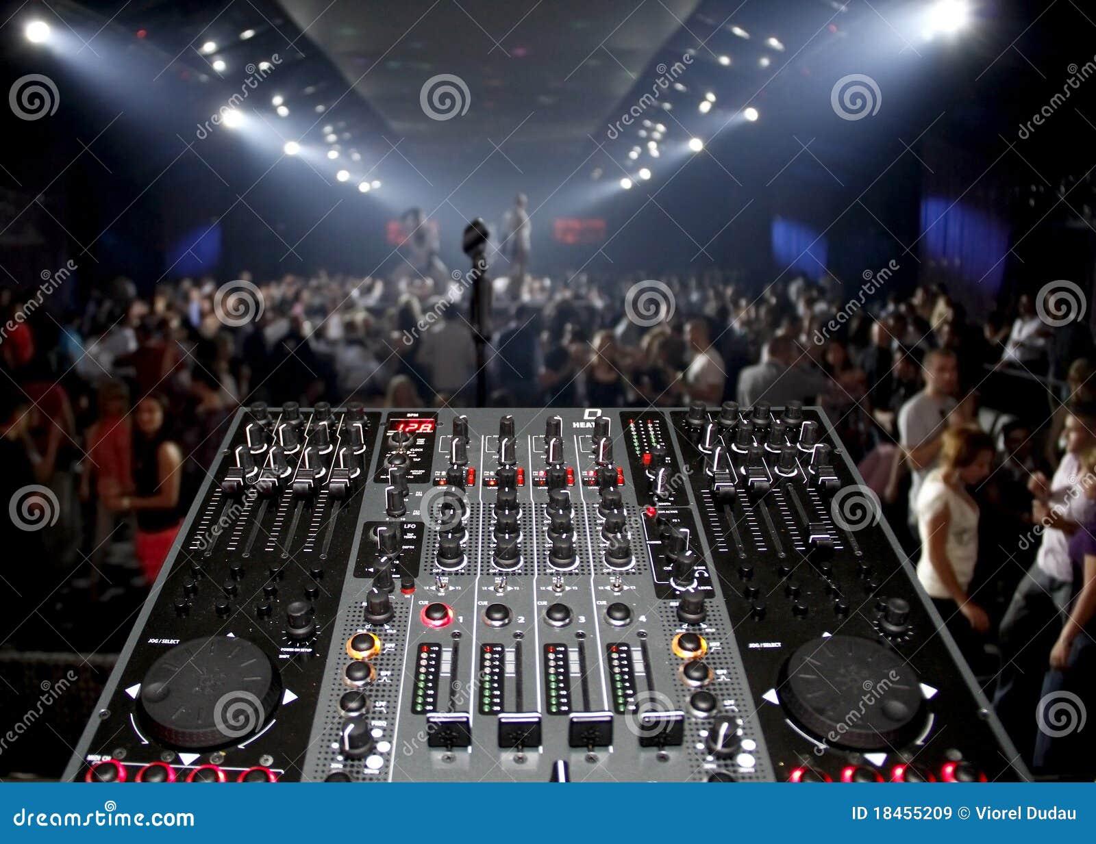 Γραφείο του DJ σε ένα συμβαλλόμενο μέρος νυχτερινών κέντρων διασκέδασης με το lightshow