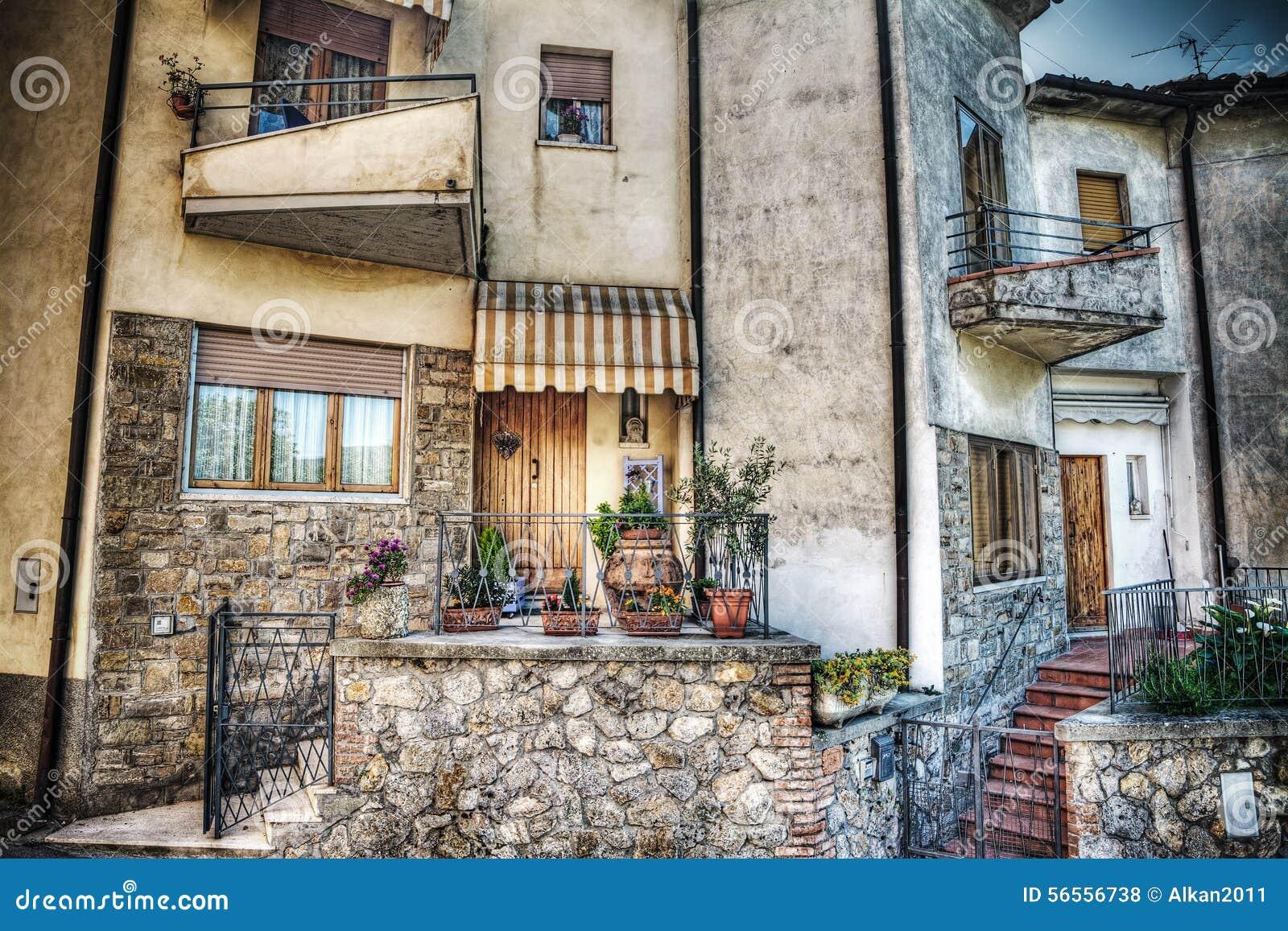 Download Γραφικό σπίτι στο SAN Gimignano Στοκ Εικόνες - εικόνα από γραφικός, ροζ: 56556738