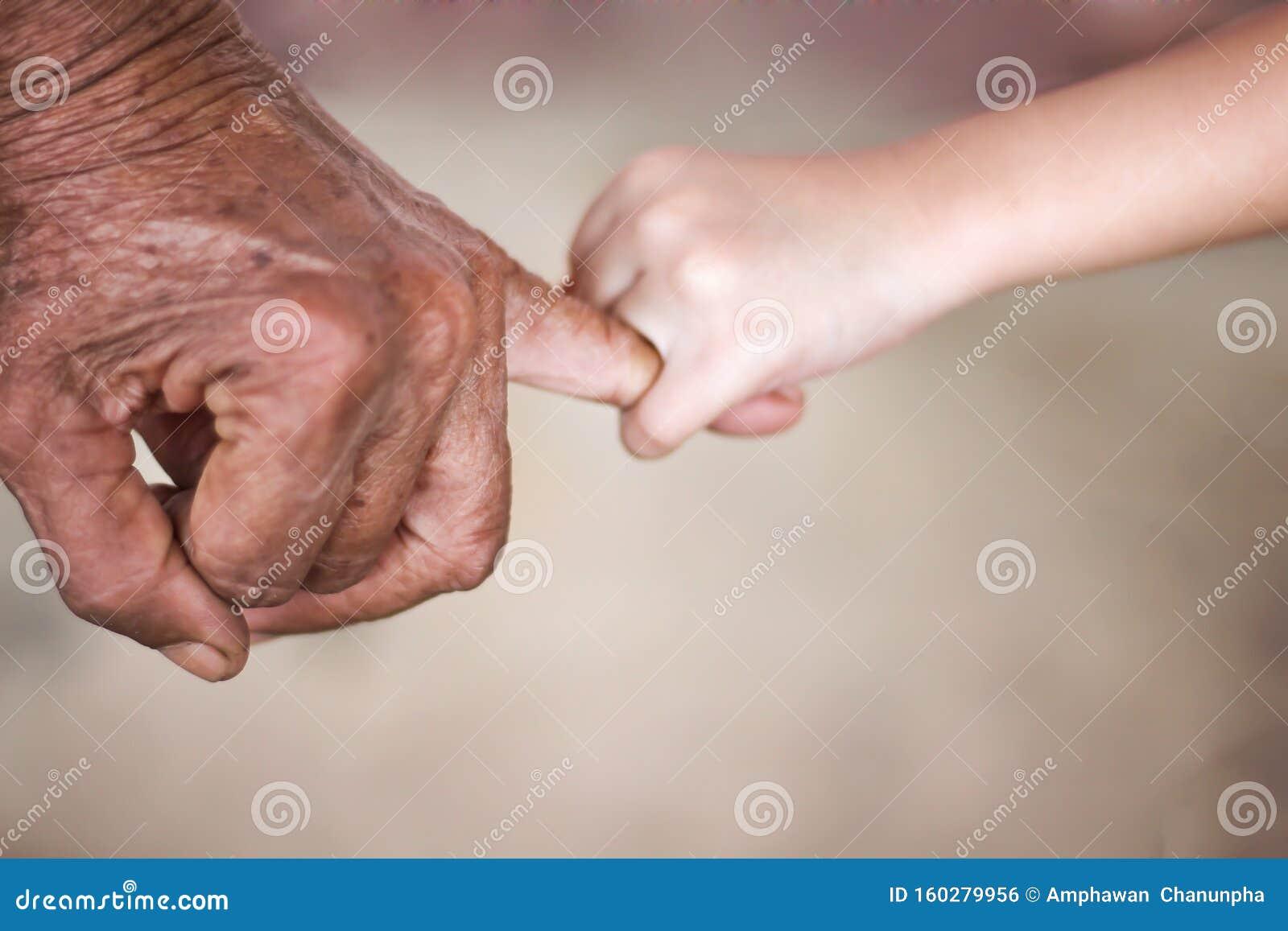 Γριά ασιάτισσα με ρυτίδες χέρι και κορίτσι που υπόσχεται ένα μικρό πράγμα  Στοκ Εικόνες - εικόνα από lifestyle, childhood: 160279956