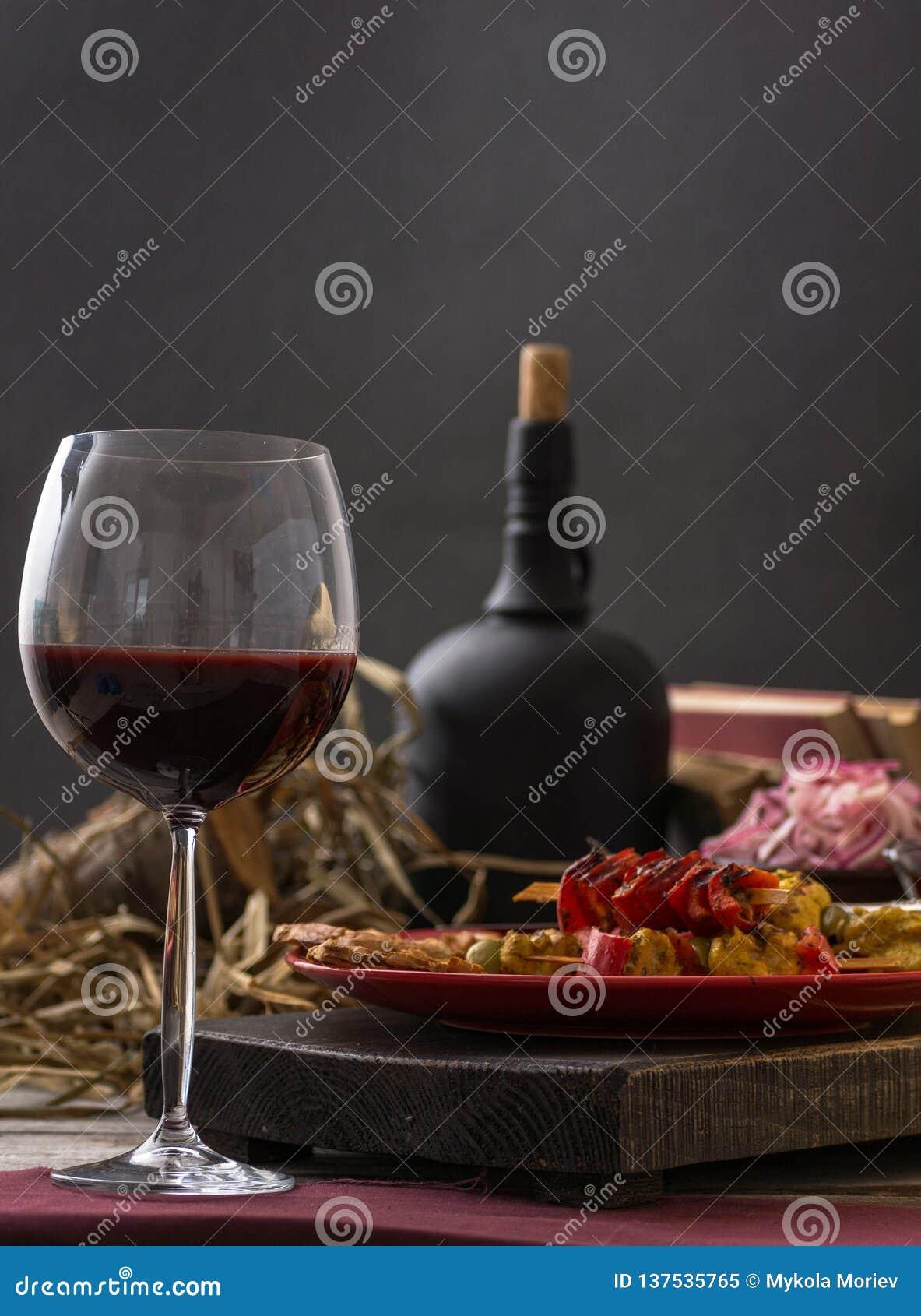 Γυαλί και μπουκάλι του κρασιού, του τυριού και του prosciutto στο ξύλινο υπόβαθρο 1 ζωή ακόμα
