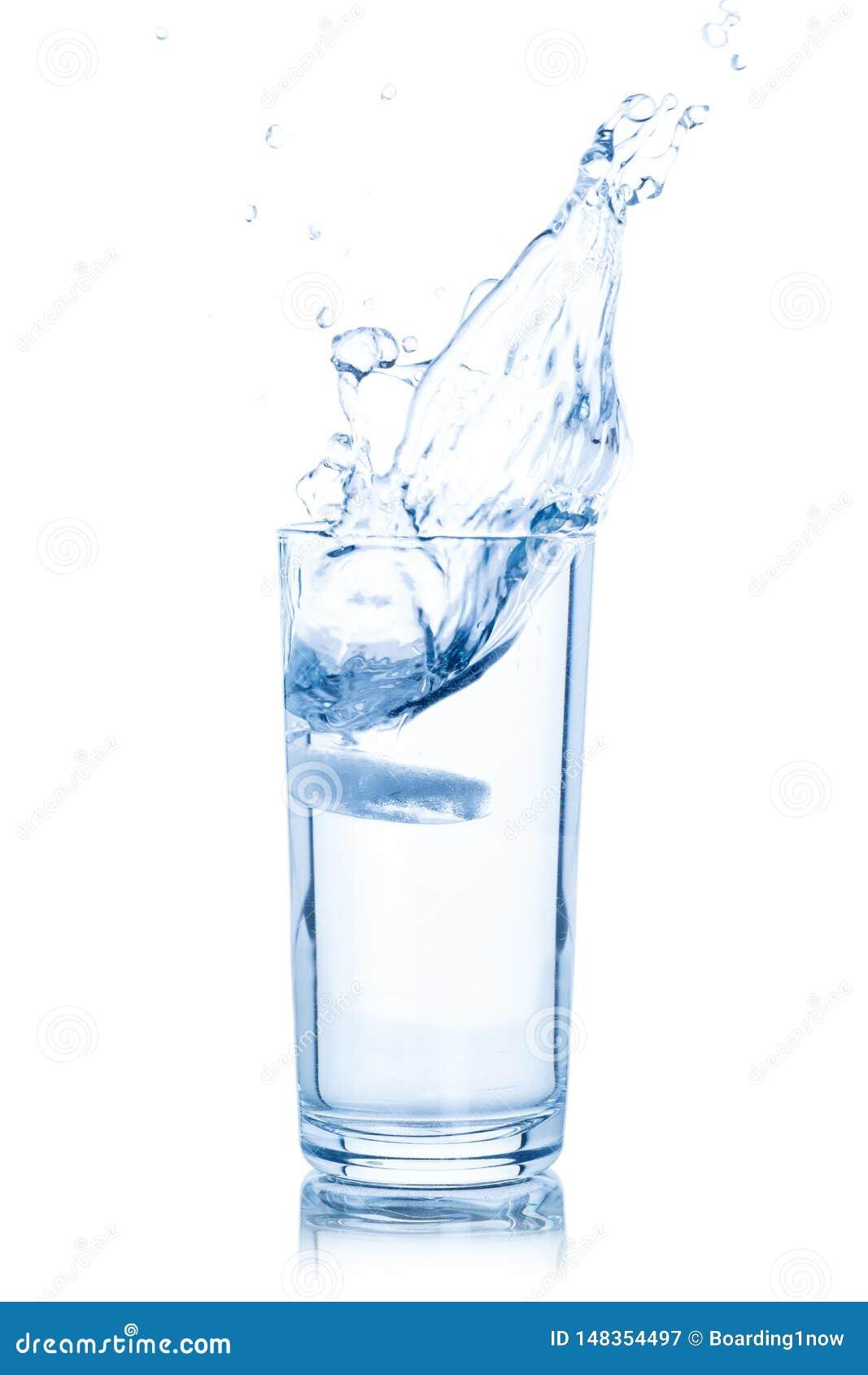 Γυαλί νερού που απομονώνεται στο λευκό