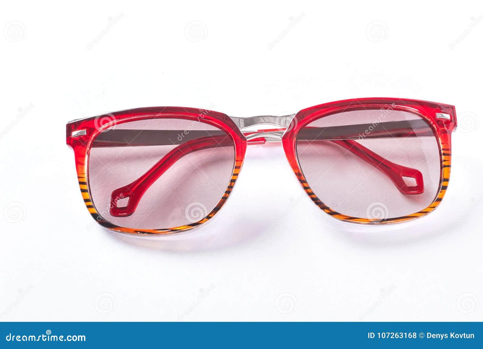 7e56ff9a2a Γυαλιά ηλίου μόδας με το κόκκινο πλαίσιο Γυαλιά ηλίου με το πλαστικό  πλαίσιο που απομονώνεται στο άσπρο υπόβαθρο Εξάρτημα Fashioin στην πώληση