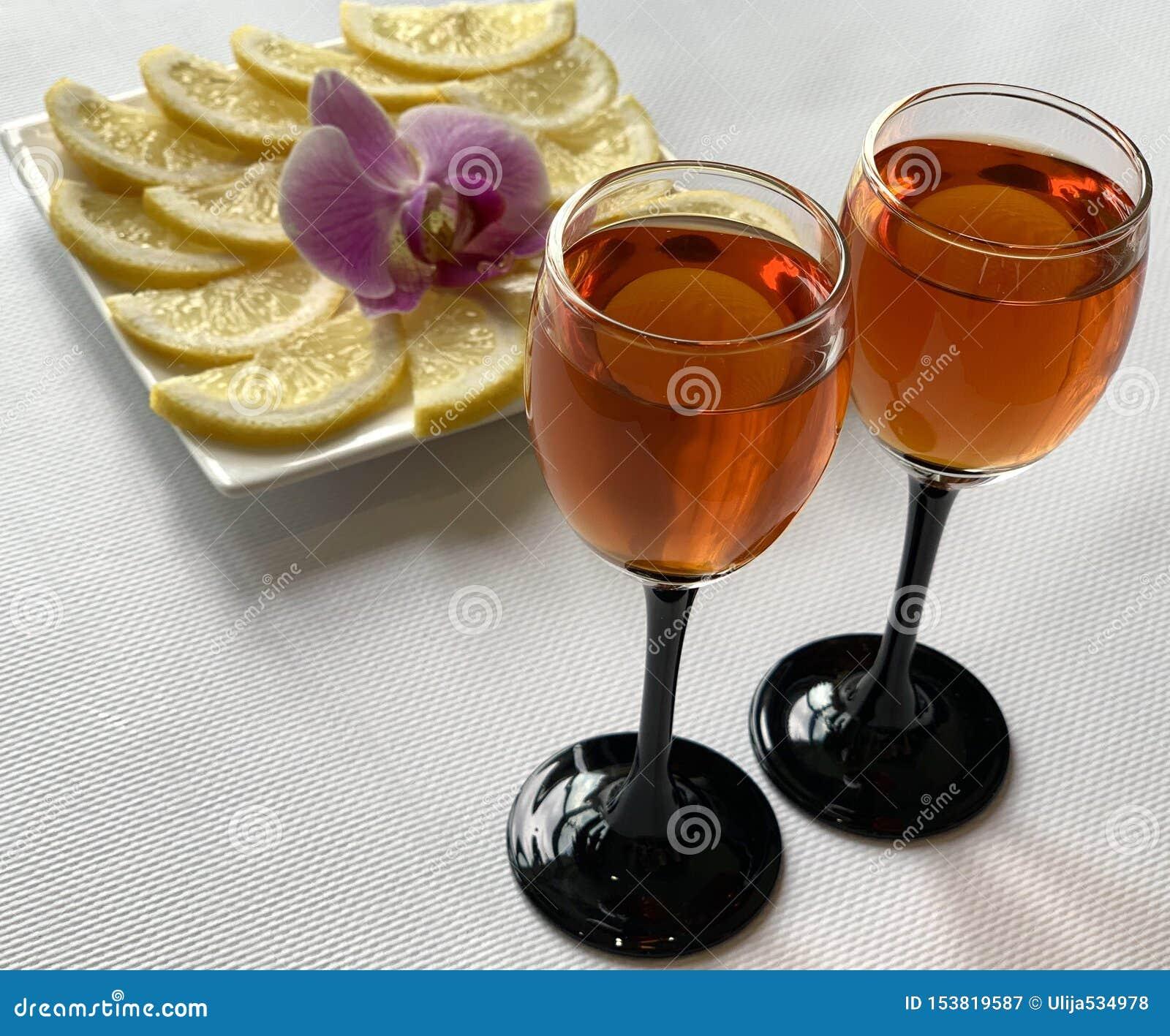 Γυαλιά κρασιού με το κονιάκ και λεμόνι με τη ζάχαρη Διακοπές, όμορφα πιάτα
