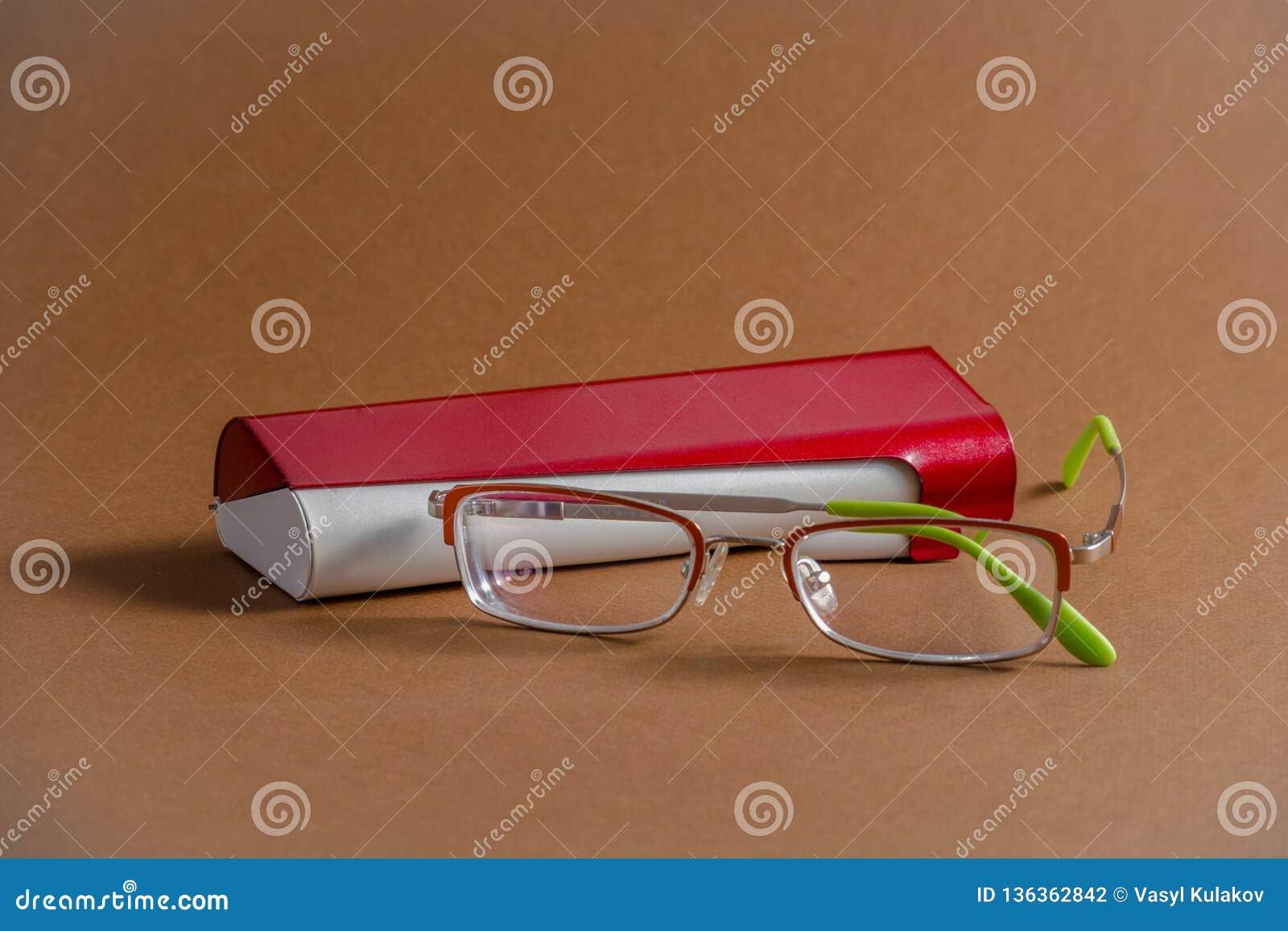 Γυαλιά με την κόκκινη περίπτωση μετάλλων