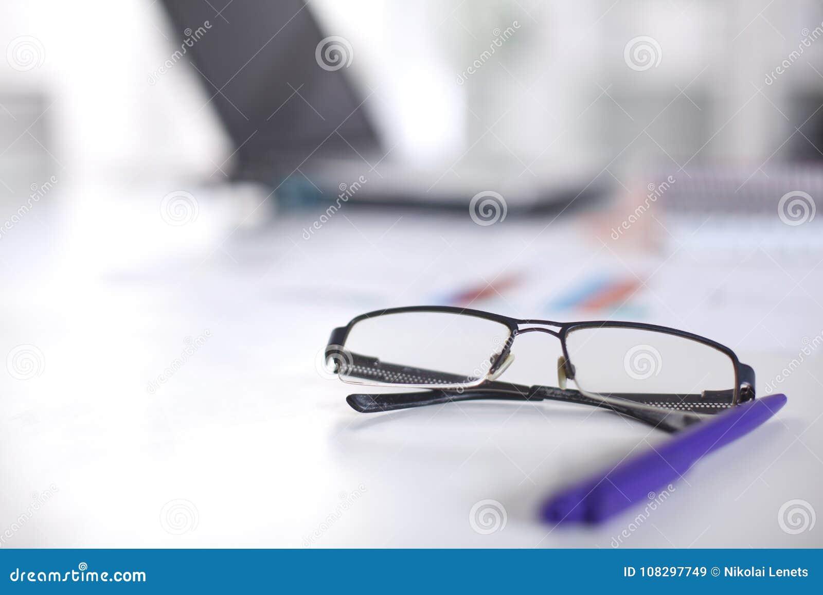 84d3191d3a Γυαλιά στον υπολογιστή γραφείου σας εργασία με τα σχέδια περιοδεύστε τα  επιχειρησιακά κινούμενα σχέδια λεπτομερή αισθάνεται