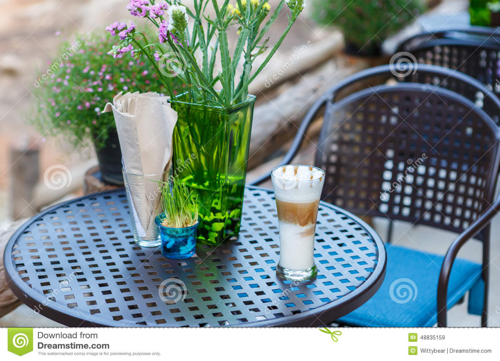 Γυαλί καφέ cappuccino καραμέλας στον πίνακα στον καφέ