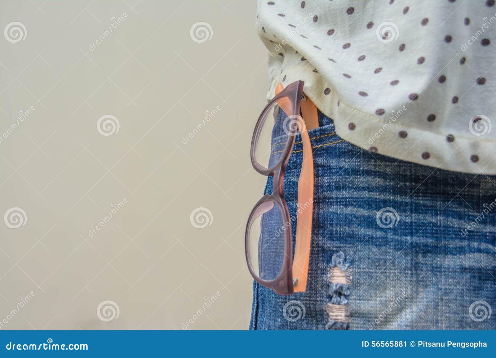 Download Γυαλιά και τζιν στοκ εικόνα. εικόνα από γυαλιά, όψη, δείτε - 56565881