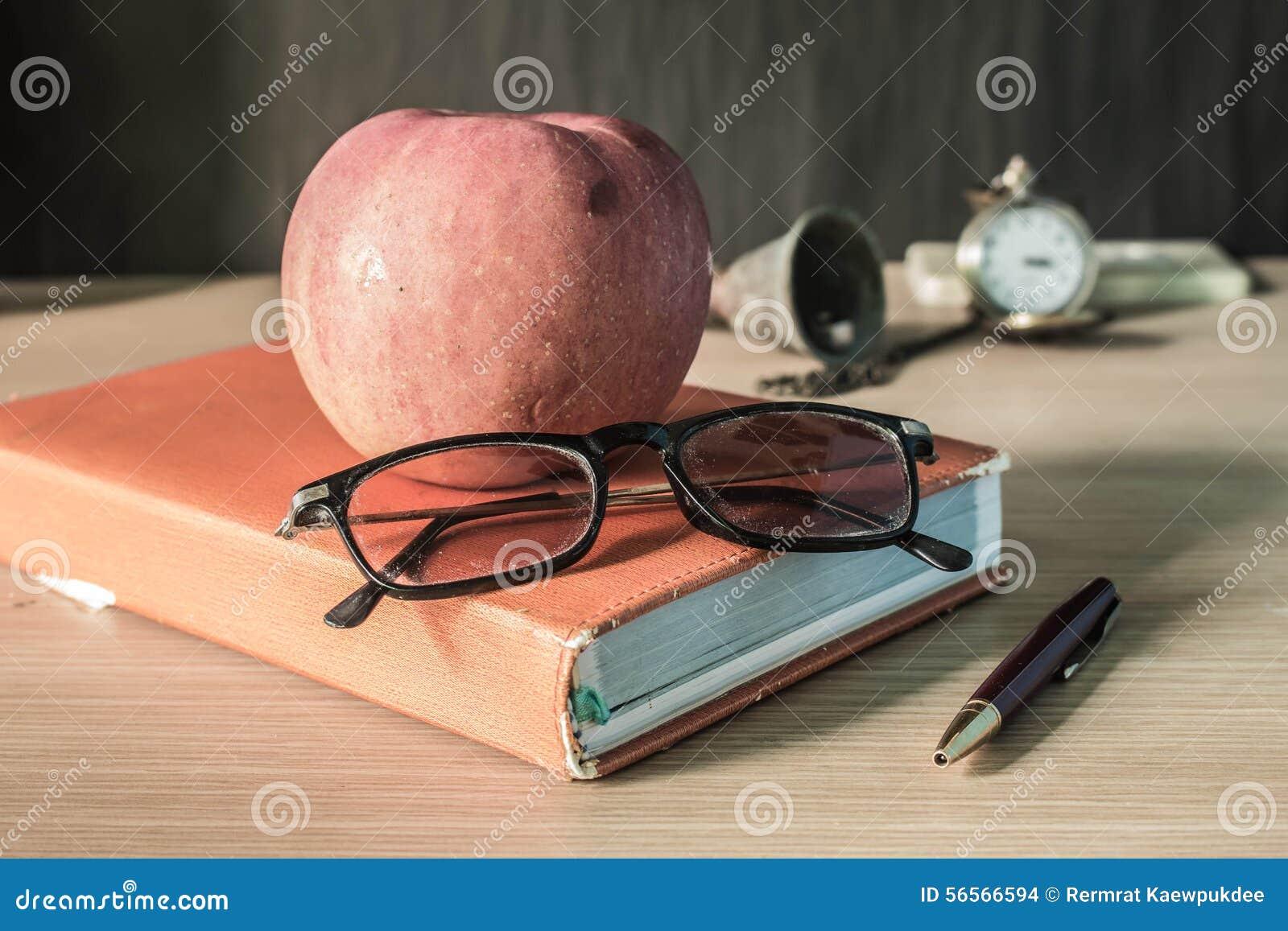 Download Γυαλιά και φρούτα σε έναν στάσιμο Στοκ Εικόνες - εικόνα από γυαλιά, σημείωση: 56566594