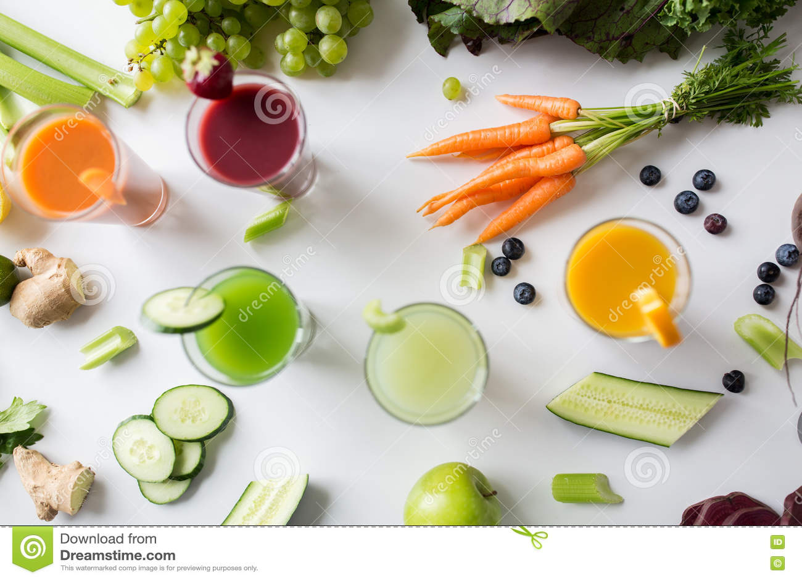 Γυαλιά με τα διαφορετικά φρούτα ή τους φυτικούς χυμούς