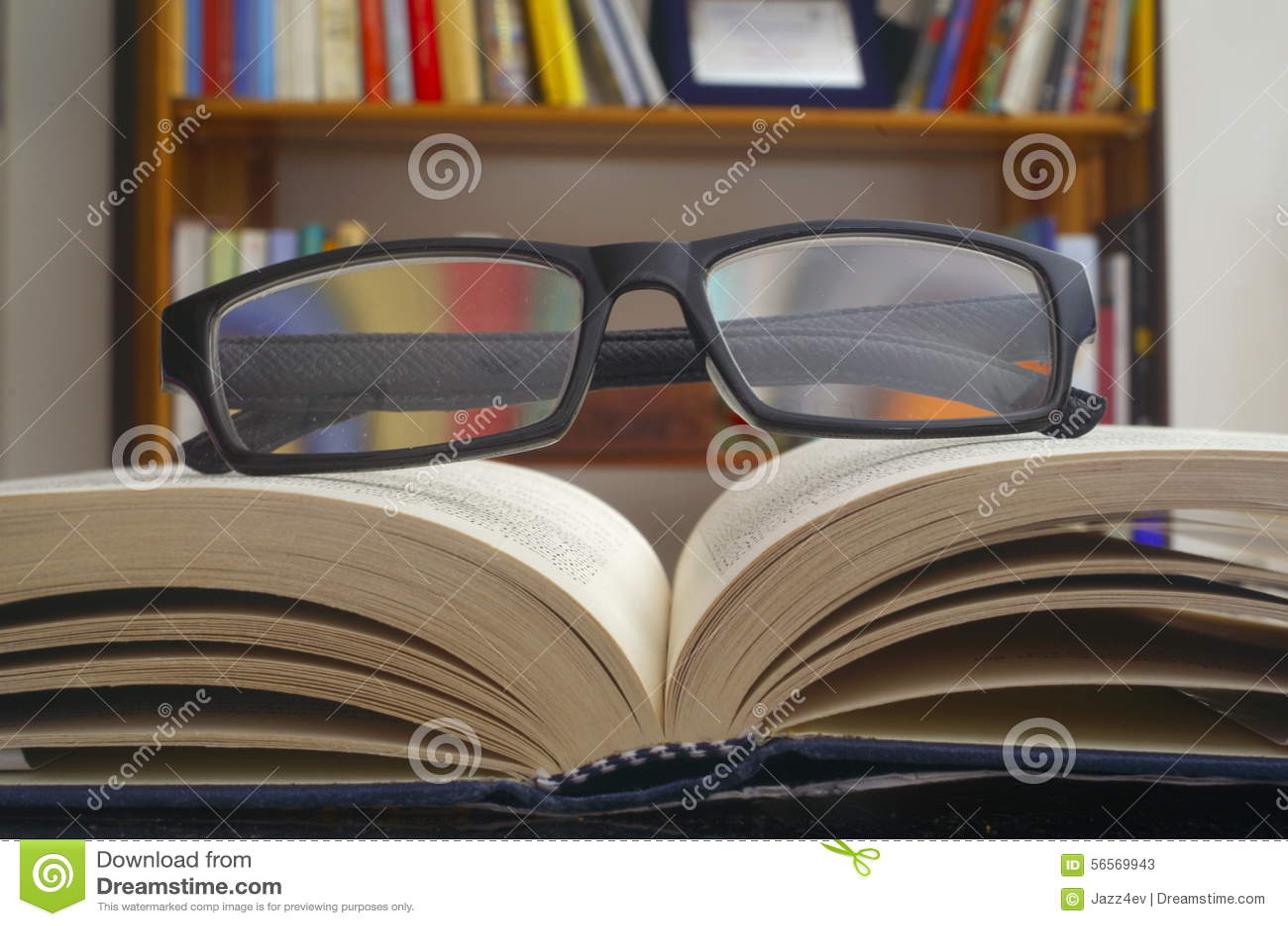 Download Γυαλιά σε ένα ανοικτό βιβλίο Στοκ Εικόνα - εικόνα από βιβλίων, πίνακας: 56569943