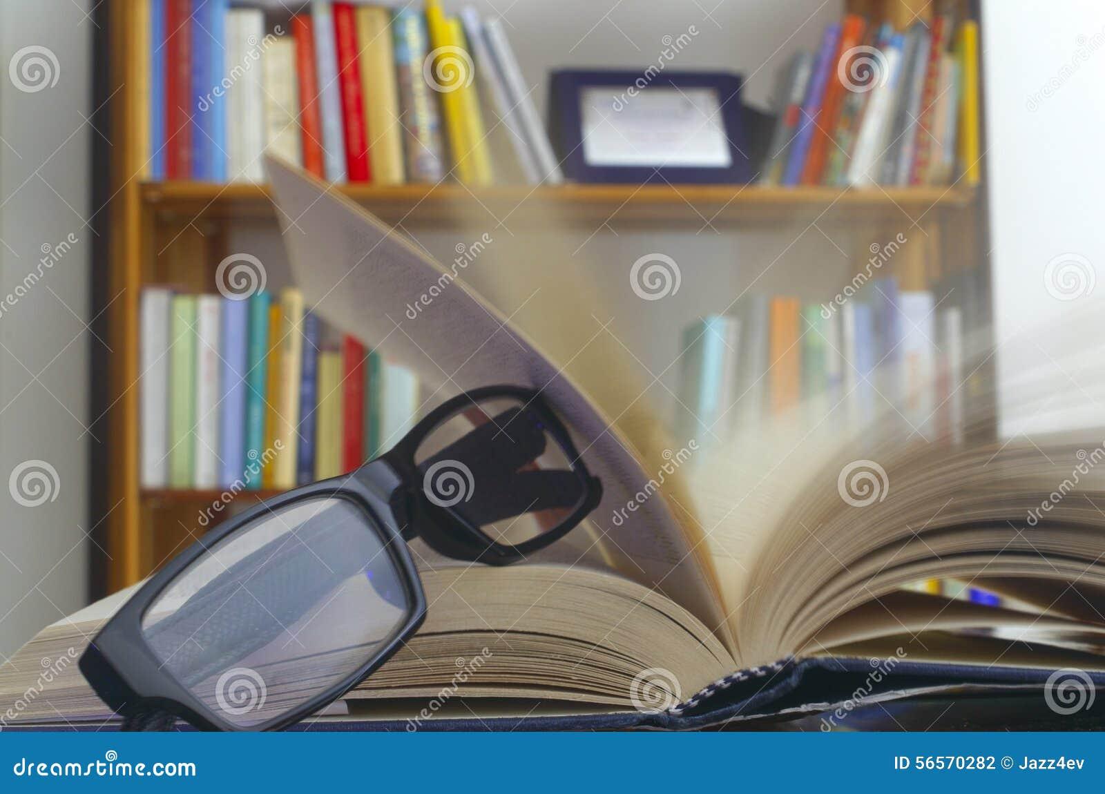 Download Γυαλιά σε ένα ανοικτό βιβλίο Στοκ Εικόνες - εικόνα από αέρας, βιβλίων: 56570282