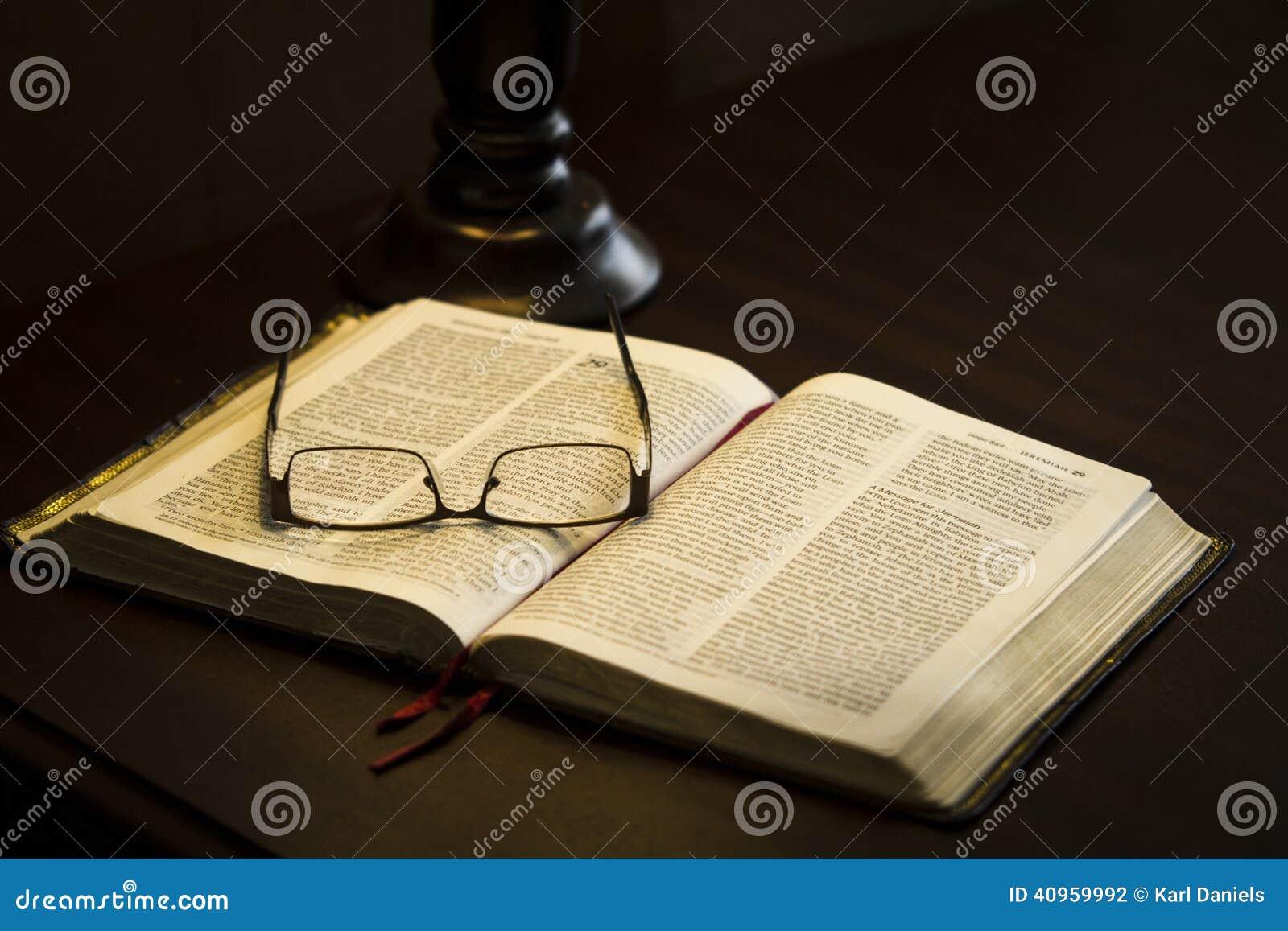 γυαλιά στο βιβλίο
