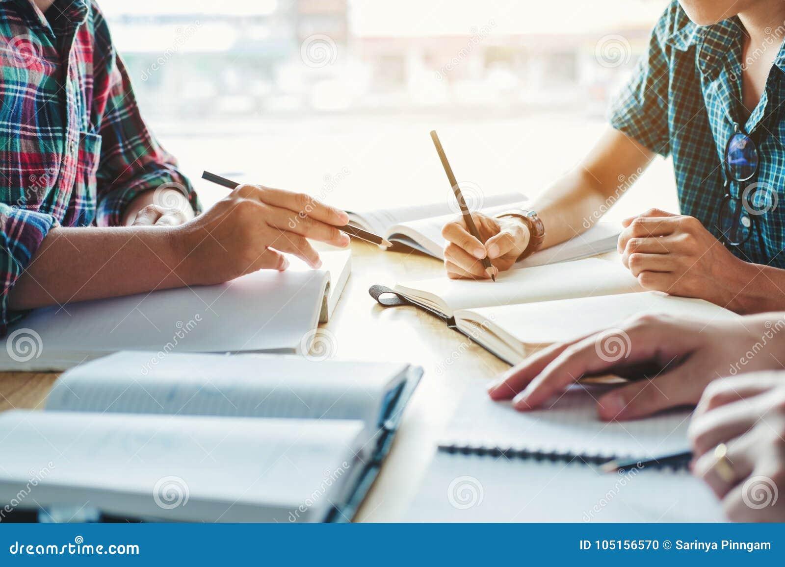 Γυμνάσιο ή φοιτητές πανεπιστημίου που μελετά και που διαβάζει μαζί μέσα