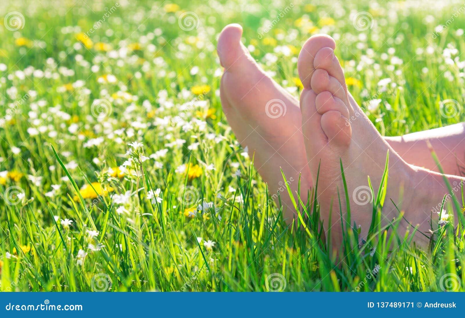 Γυμνά πόδια στη χλόη άνοιξη