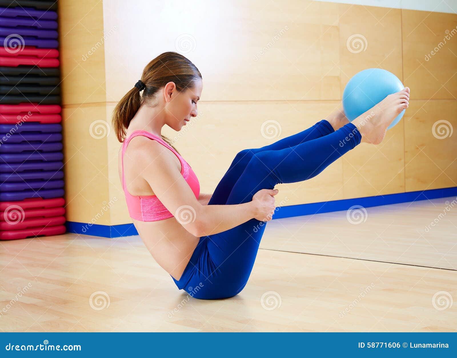 Γυμναστική άσκησης σφαιρών σταθερότητας γυναικών Pilates workout