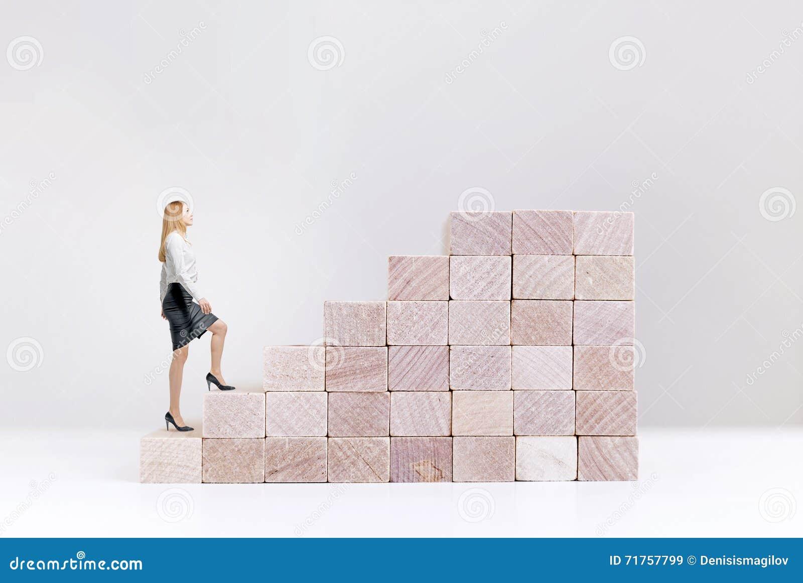 Γυναίκα έννοιας επιτυχίας που αναρριχείται στα σκαλοπάτια