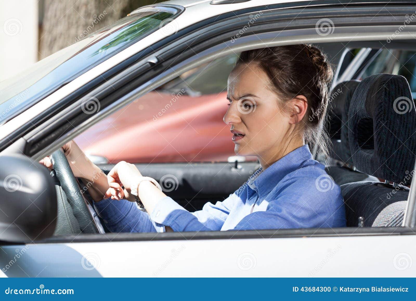 Γυναίκα αργά για την εργασία