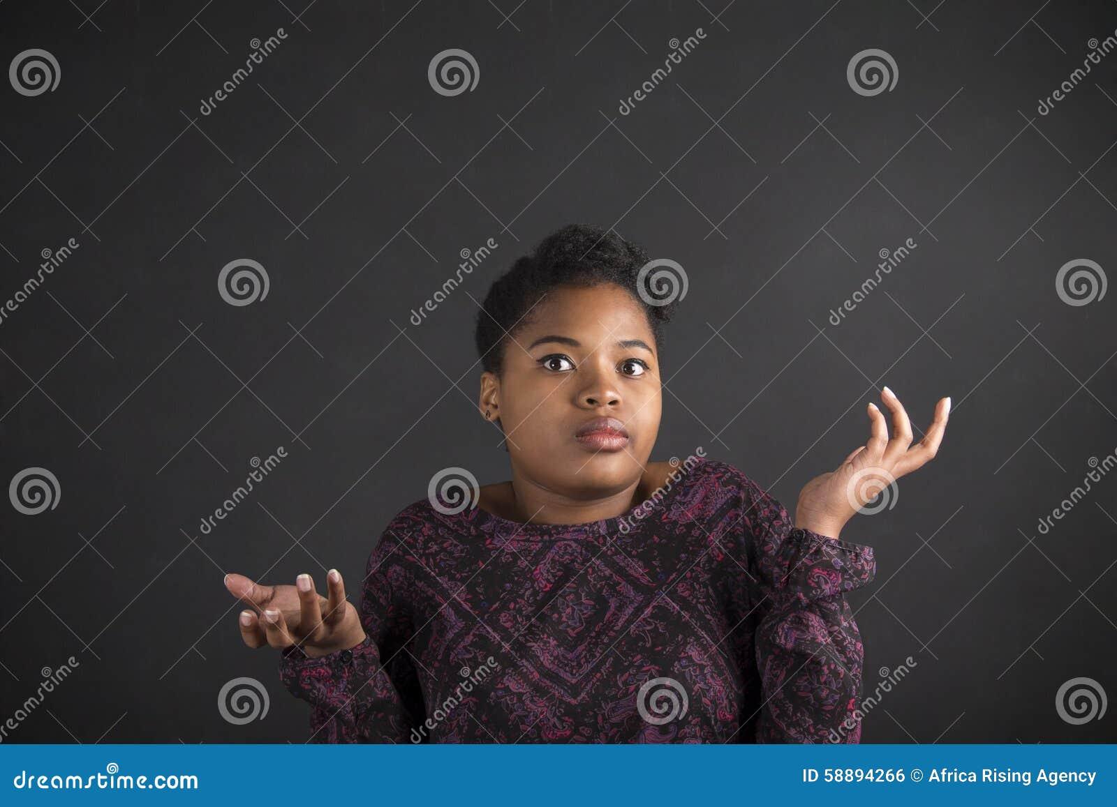 Γυναίκα αφροαμερικάνων με δεν ξέρω τη χειρονομία στο υπόβαθρο πινάκων