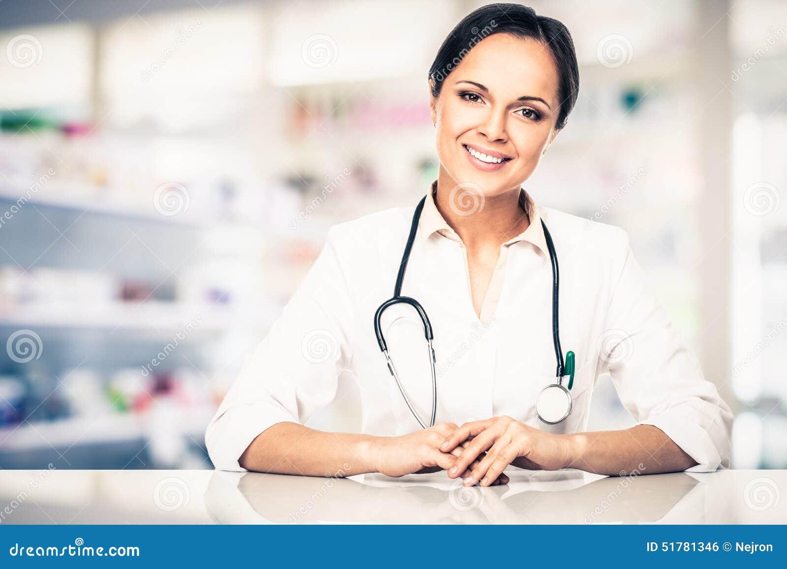 Γυναίκα γιατρών στο φαρμακείο