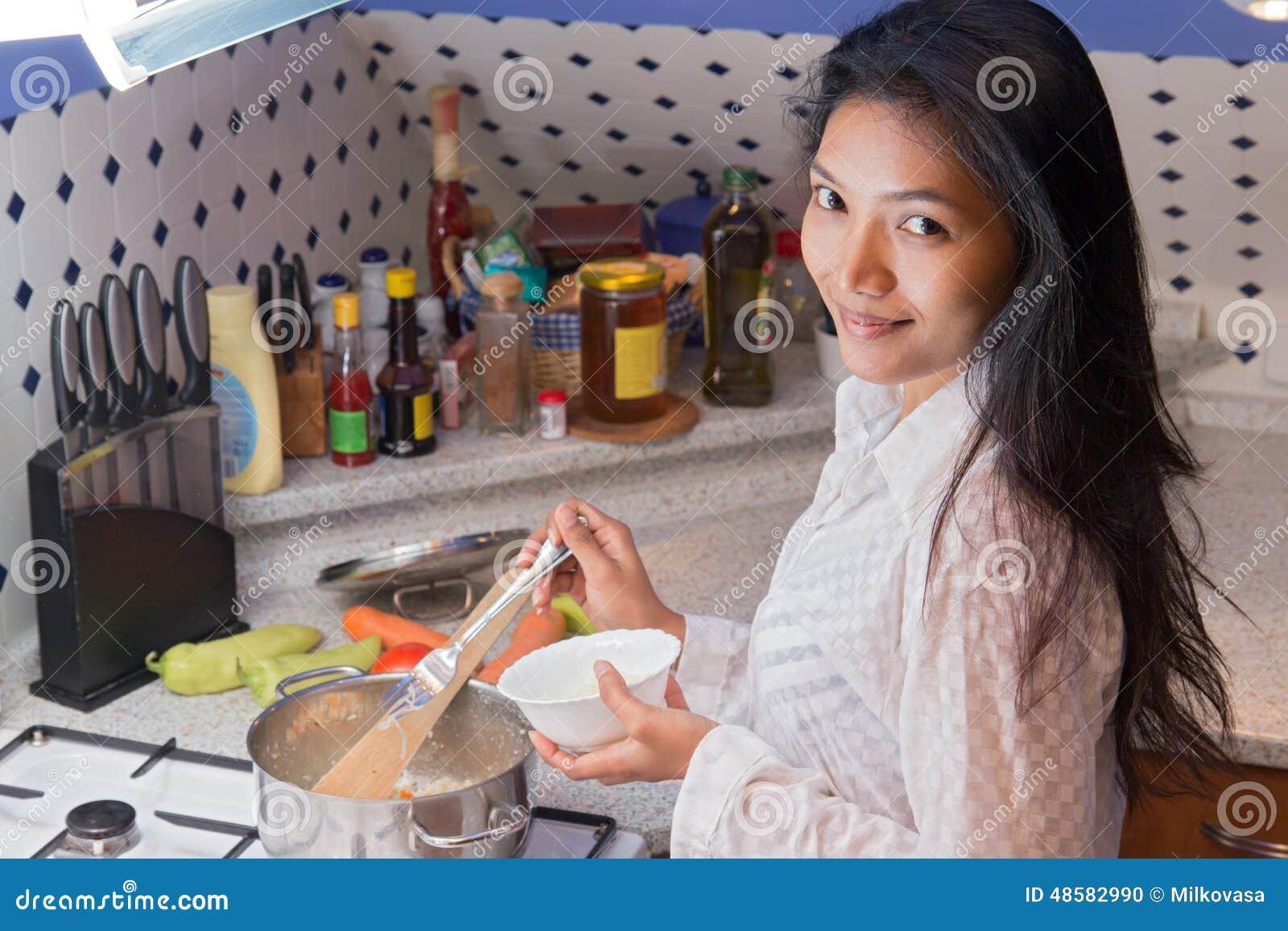 Γυναίκα για να μαγειρεψει στην κουζίνα
